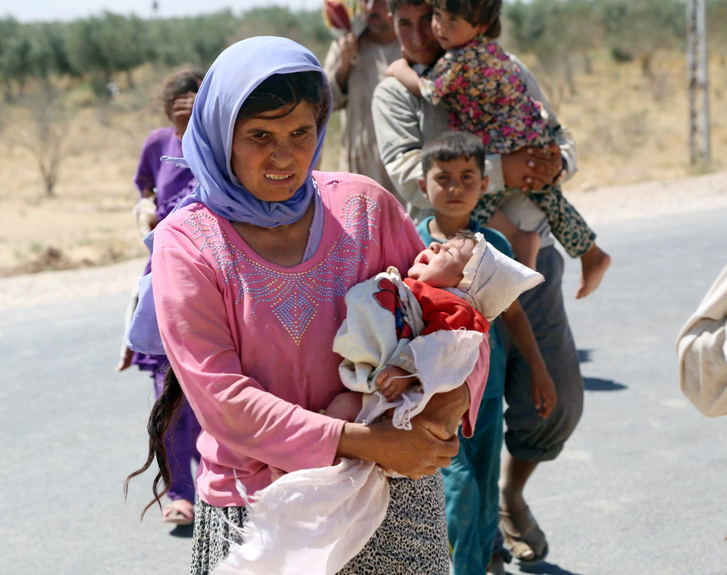 Image: Yezidis trapped in the Sinjar mountains are rescued