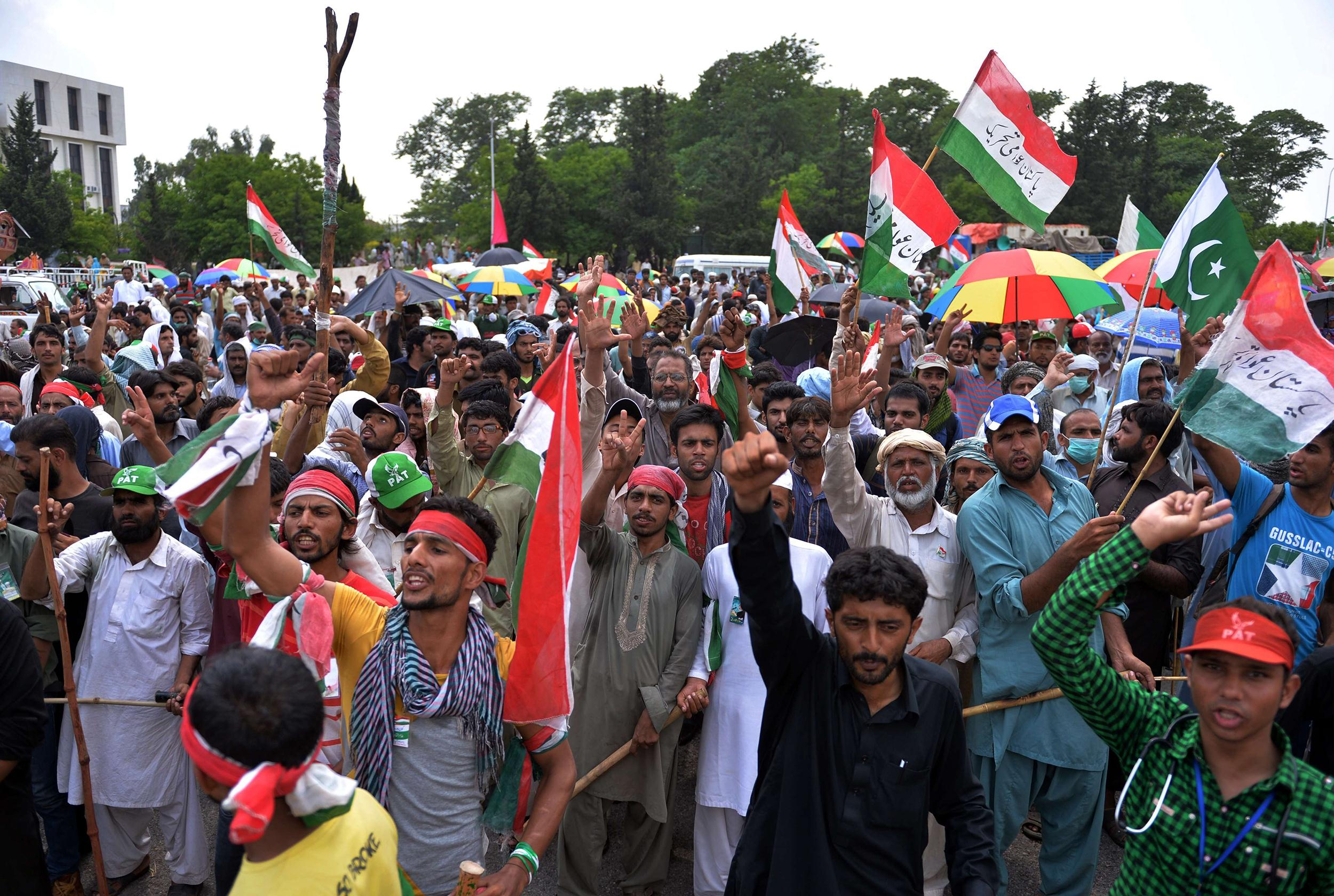 Image: Protesters gather at Pakistan's Parliament