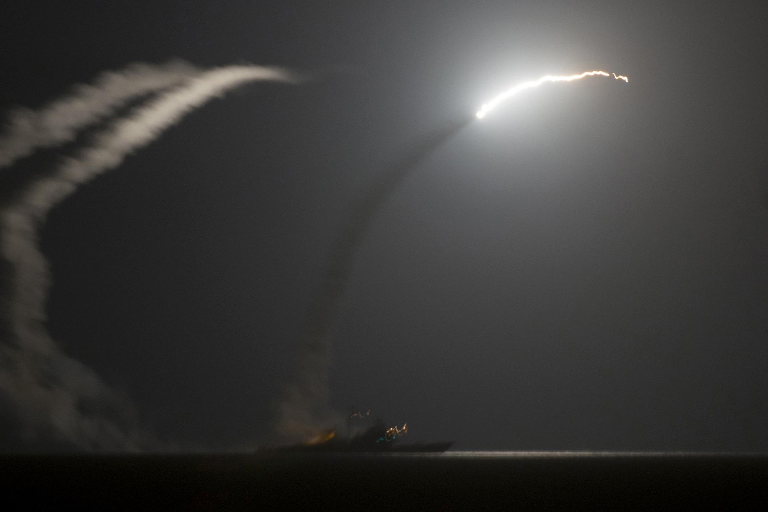 المصاعب اللوجستيه الامريكيه في عمليات القصف الجوي ضد داعش في سوريا  Pc-140923-us-tomahawk-isis-909_72c1a428b1267436947ce8be59f56293