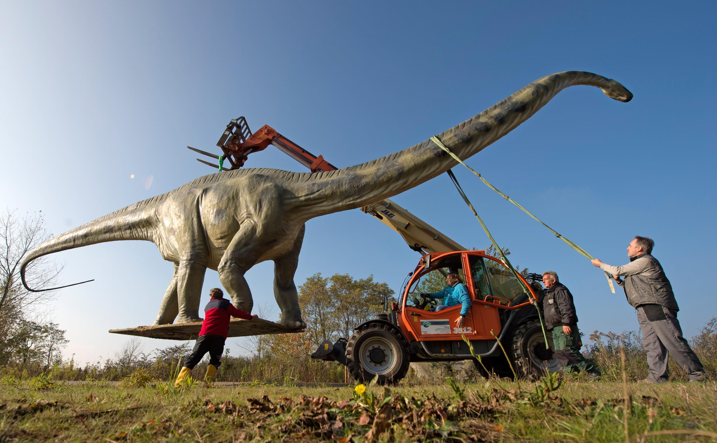 Distract-osaurus? Giant Statue Causes Traffic Headache