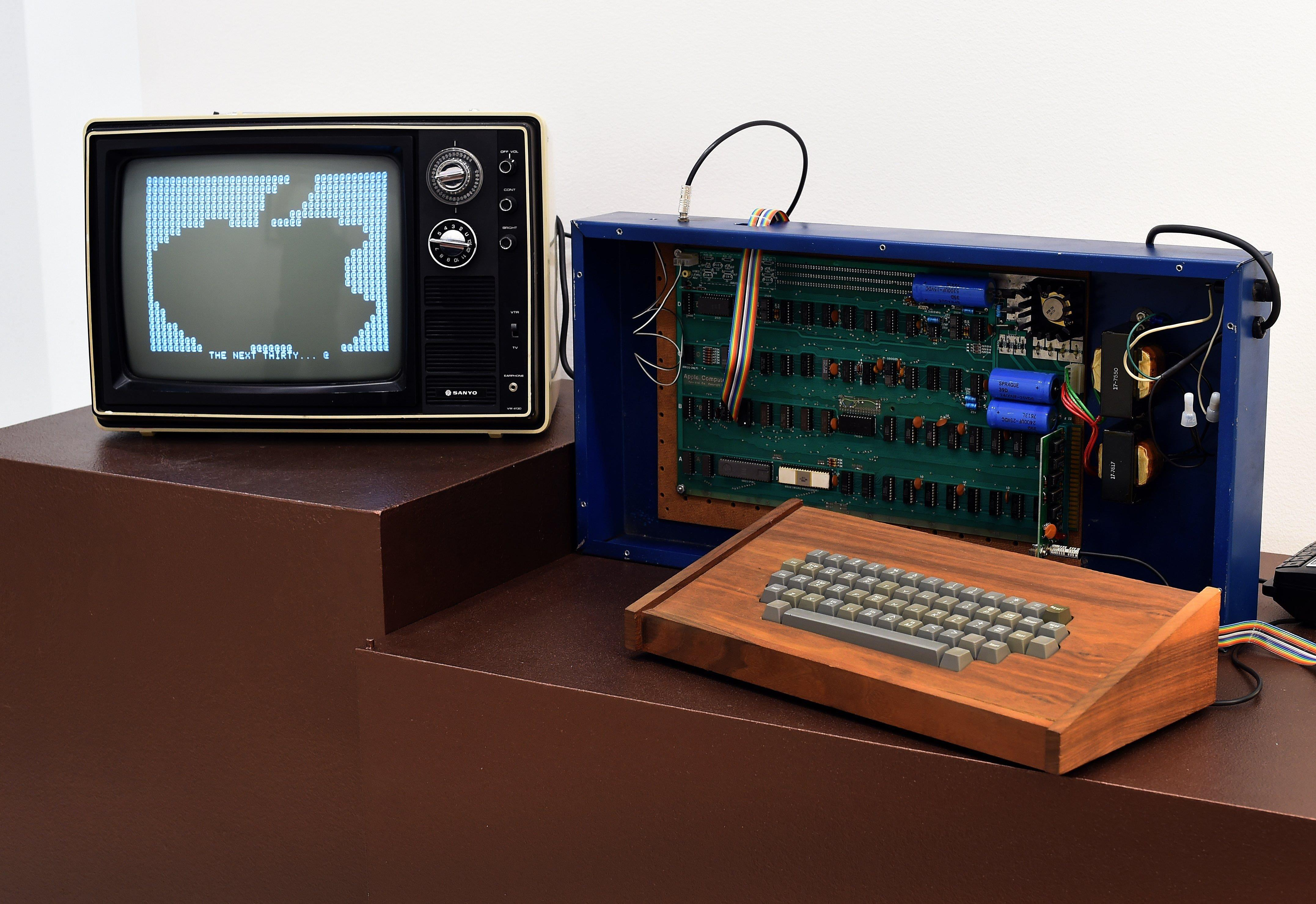 Early Apple-1 Computer Sold by Steve Jobs Fetches $365k at Auction