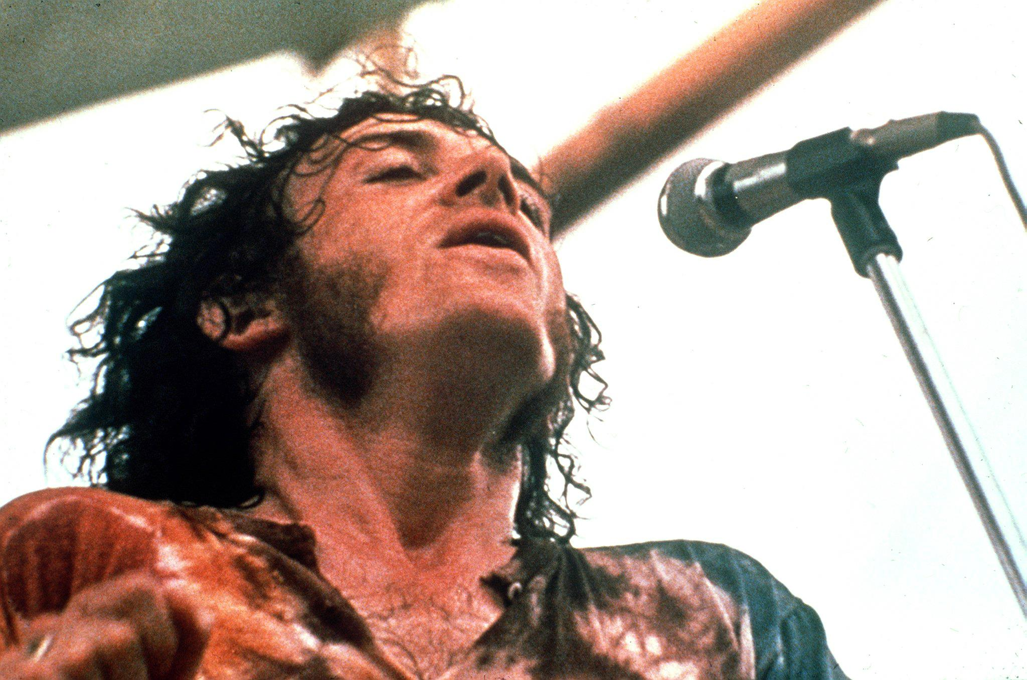 Joe Cocker, raspy-voiced rocker, dies of lung cancer at 70