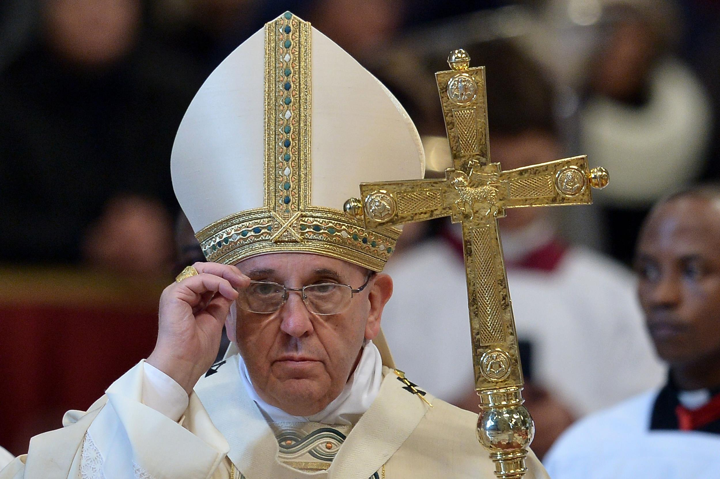 http://media1.s-nbcnews.com/i/newscms/2015_02/835516/150106-pope-vatican-mn-630_5874e48cbd15596a826856627381a850.jpg