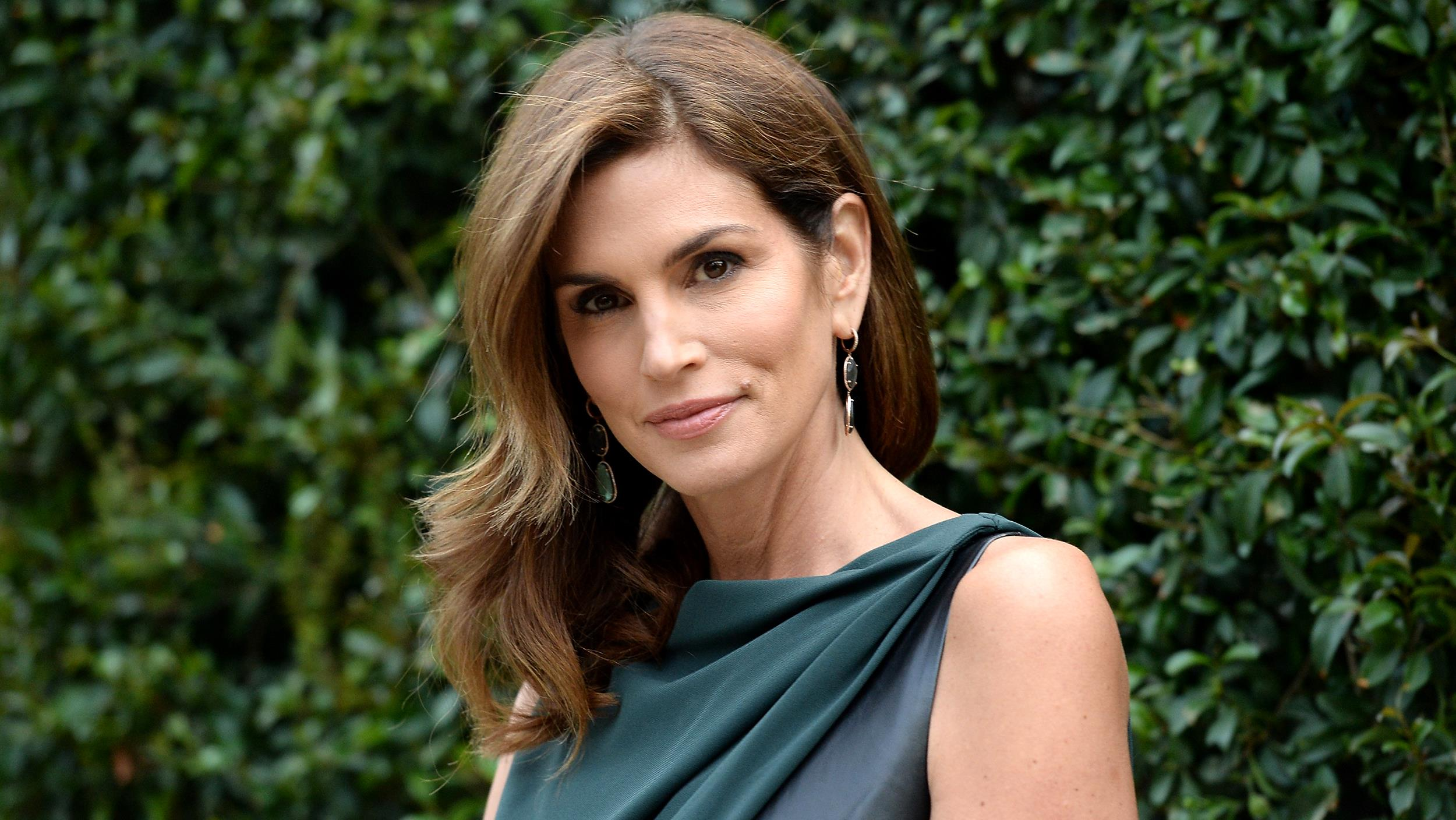 Leaked photo of Cindy Crawford goes viral - CBS News