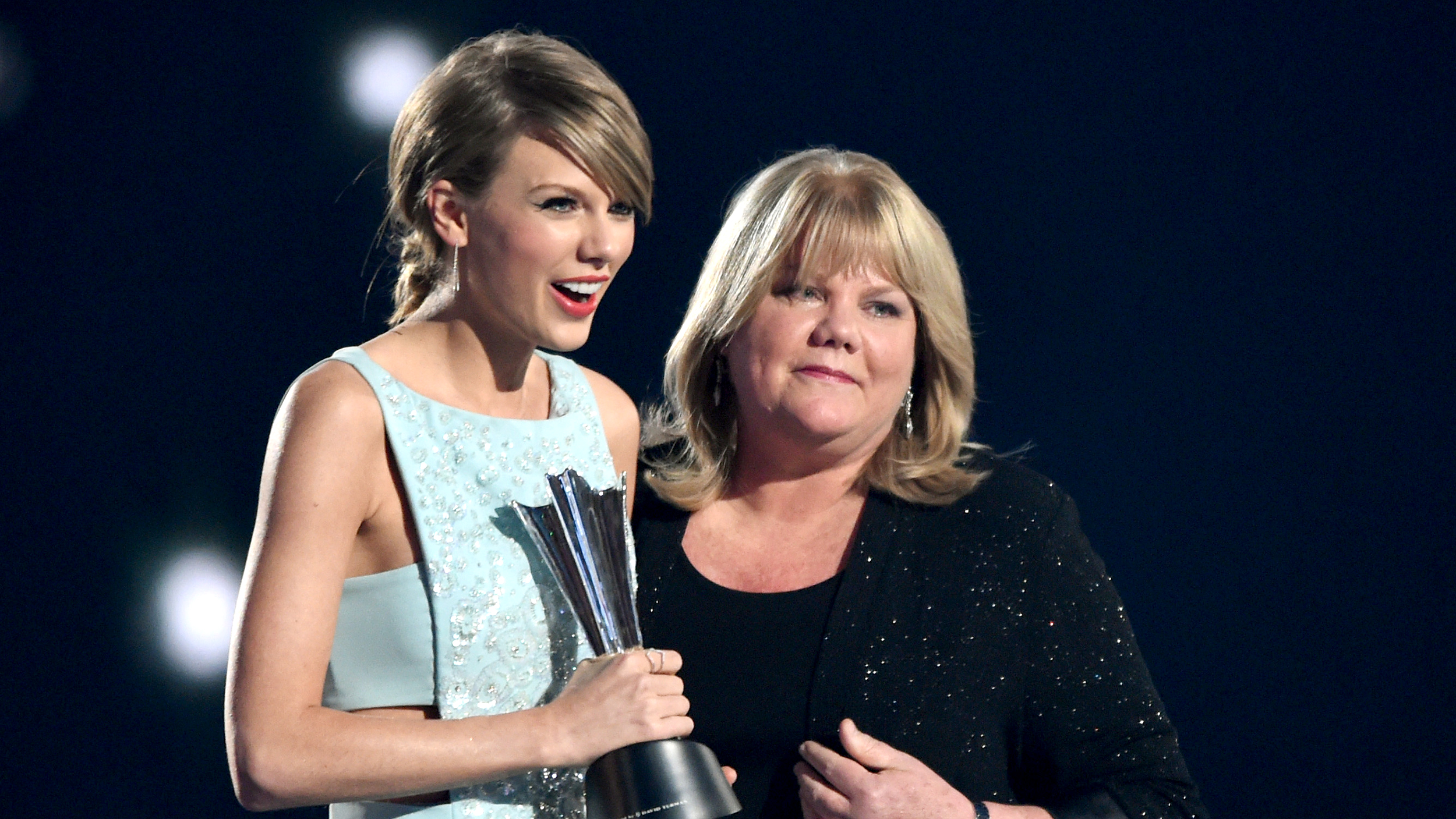 Taylor Swift S Mom Delivers Heartfelt Speech At Acm Awards