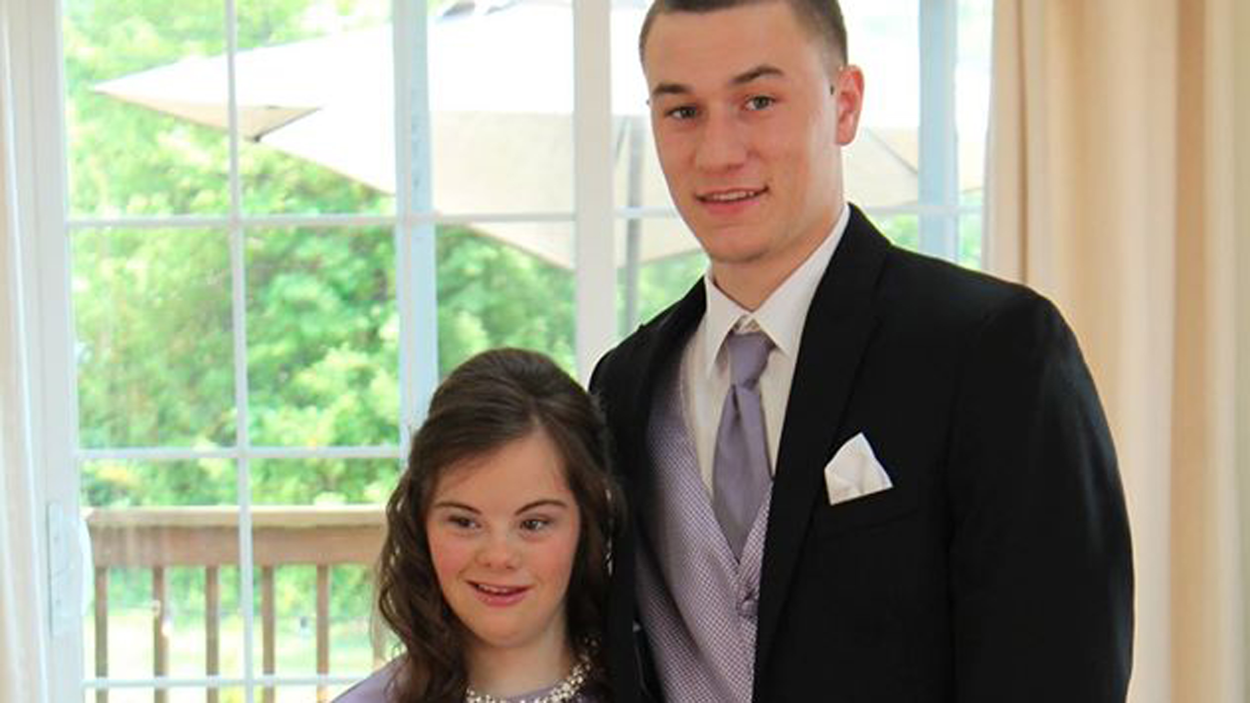 High school QB fulfills prom promise to girl with Down ...