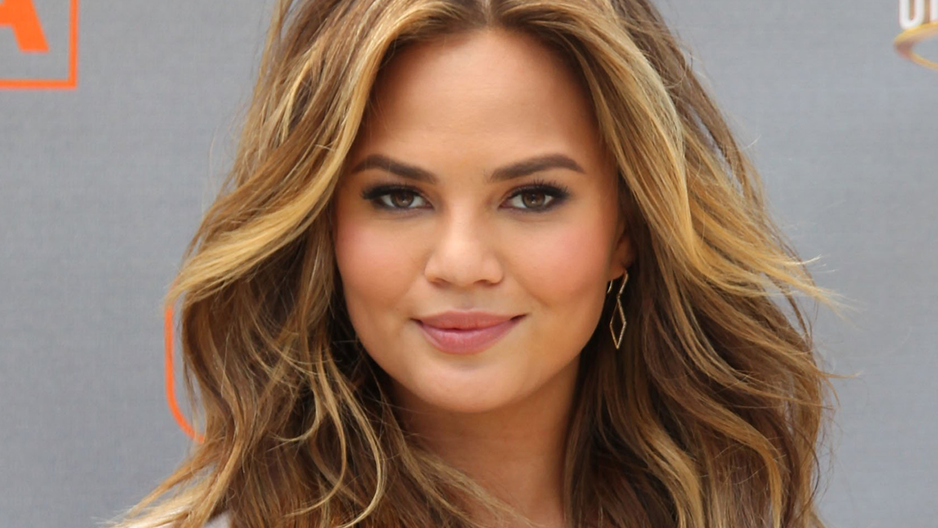 Tips: Chrissy Teigen, 2018s Bun hair style of the confident mysterious  model