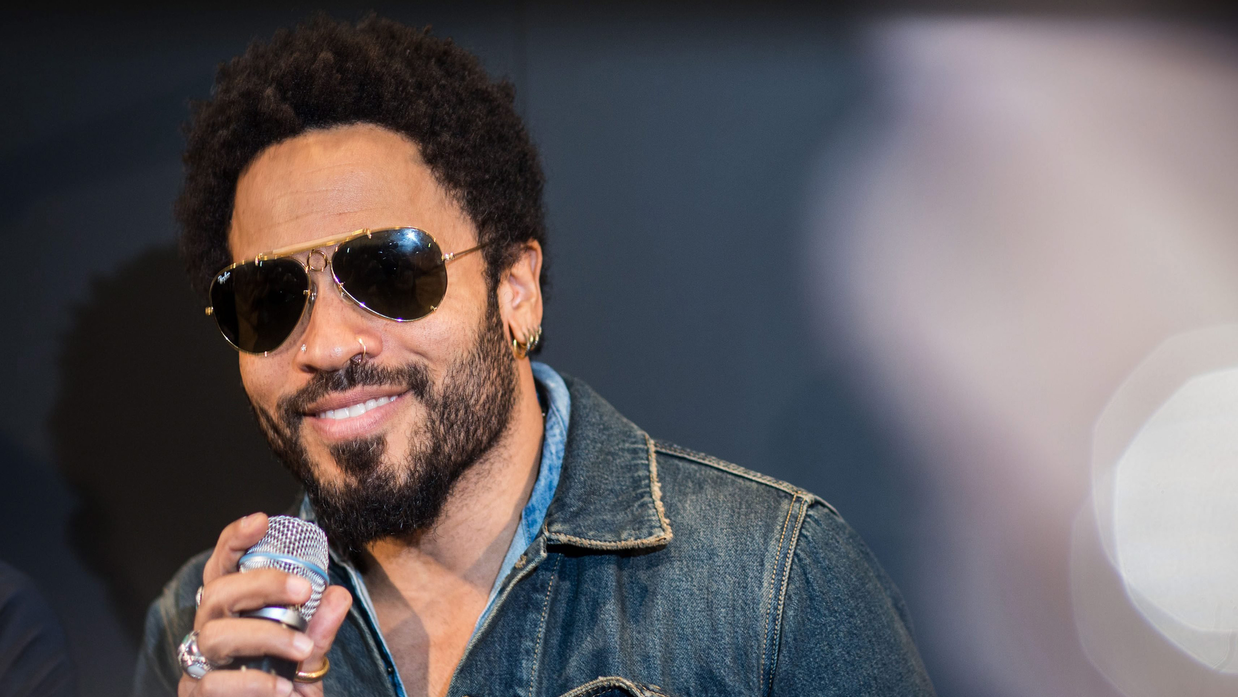 Lenny kravitz splits pants at sweden show flashes crowd today com