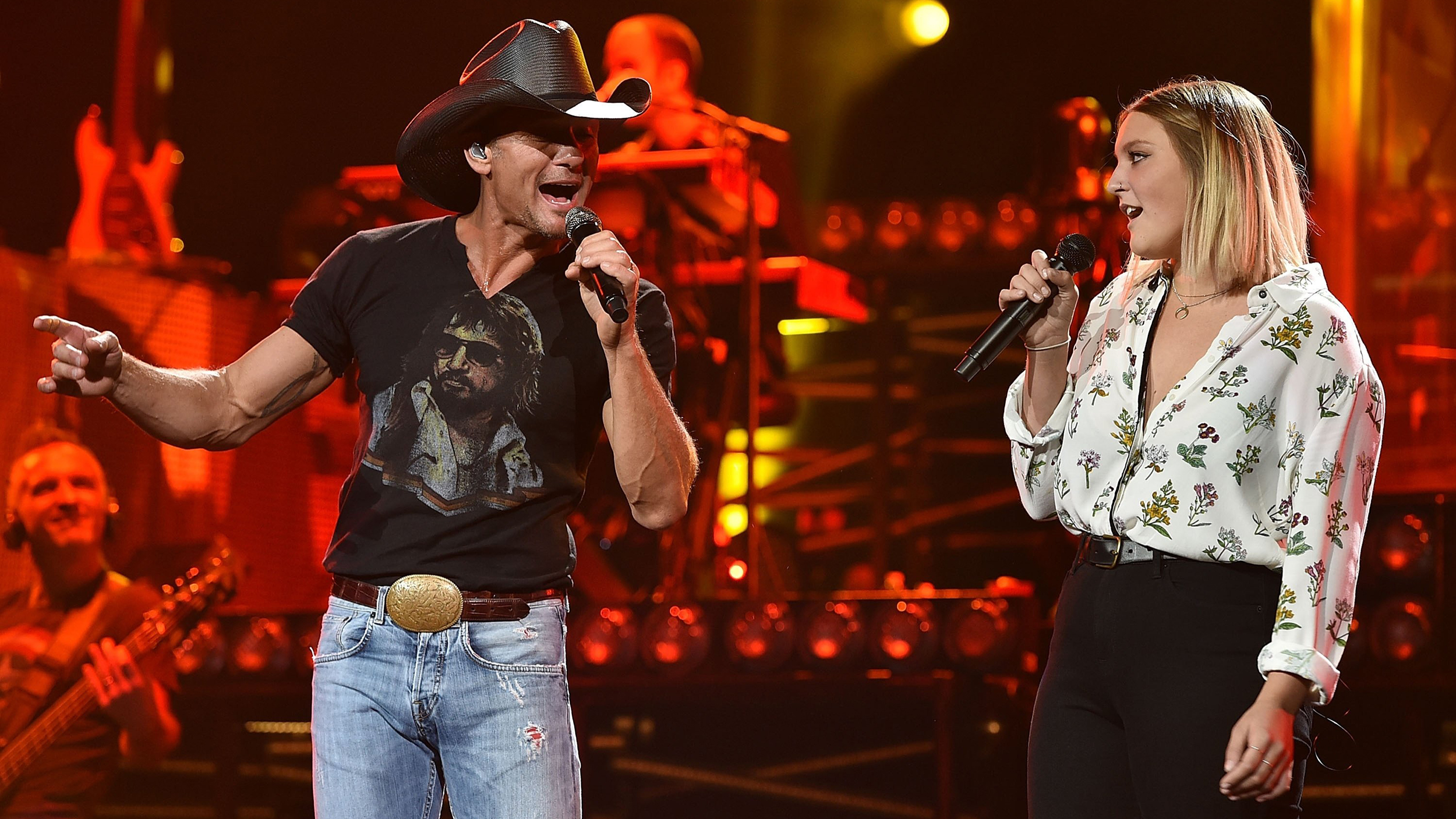 Tim mcgraw invites 18 year old gracie onstage for father for How old are faith hill s daughters