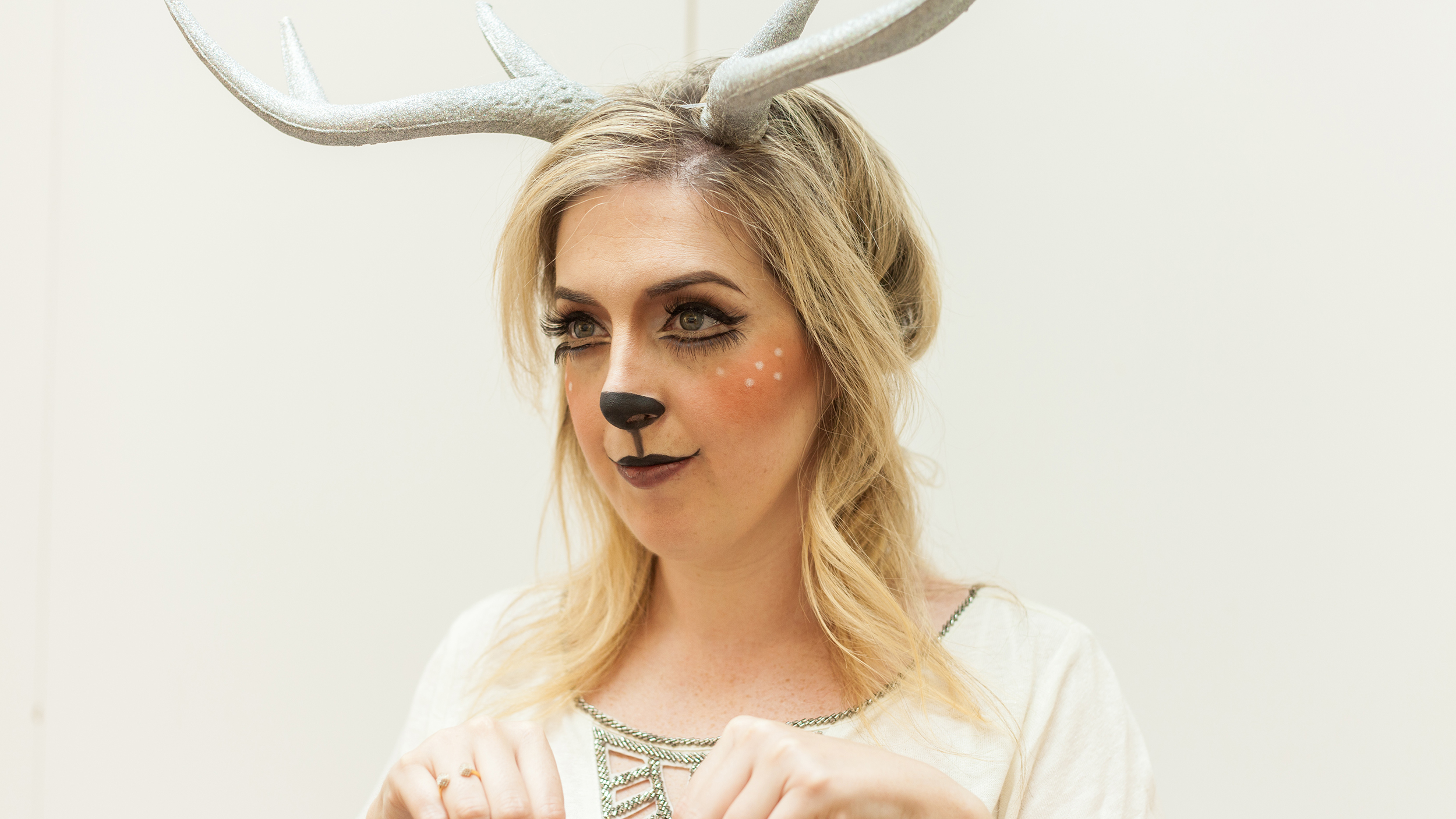 cute senior picture ideas for couples - Halloween makeup tutorial Try this easy deer costume