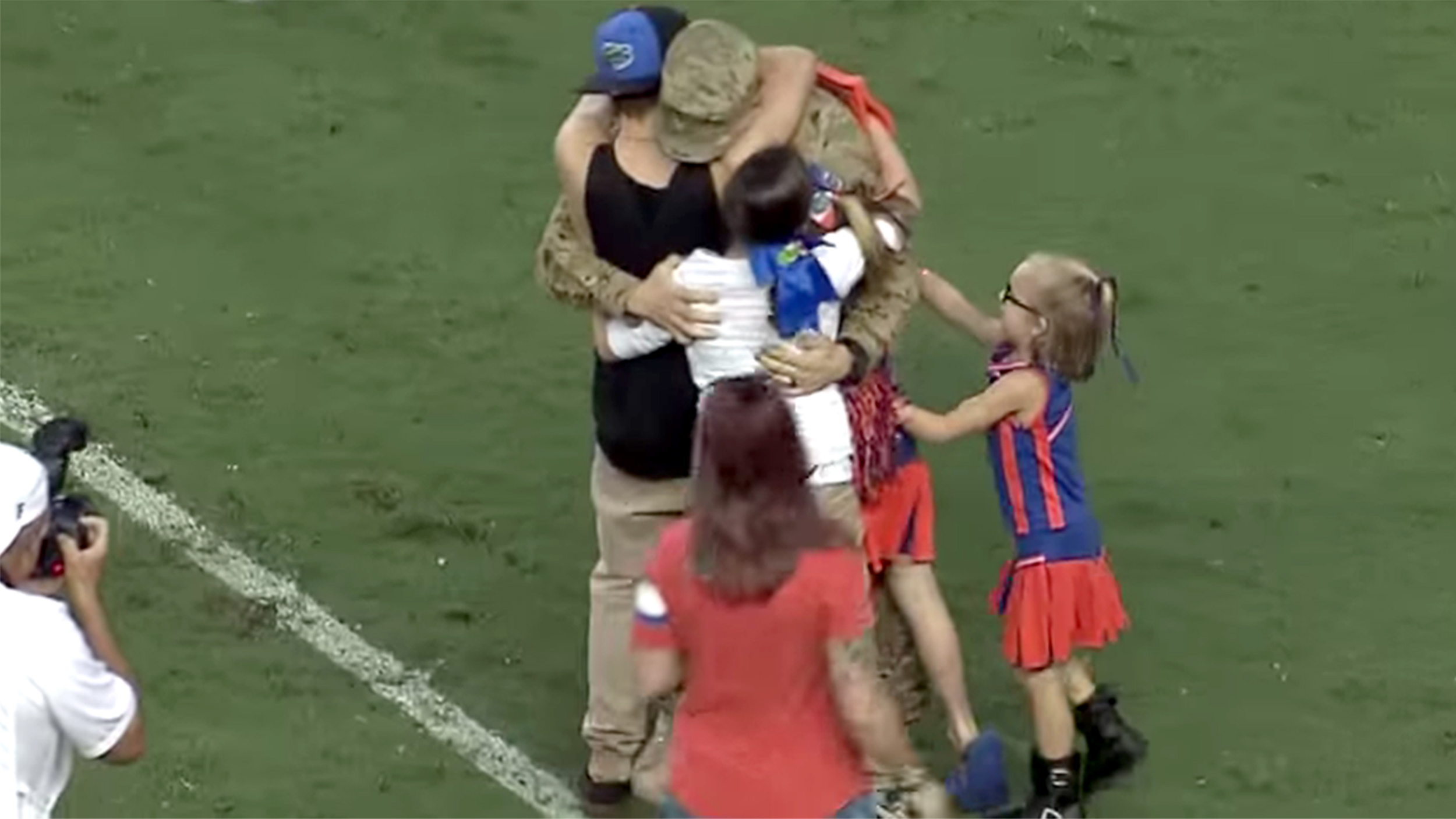 Military dad has emotional reunion with family at Florida ...