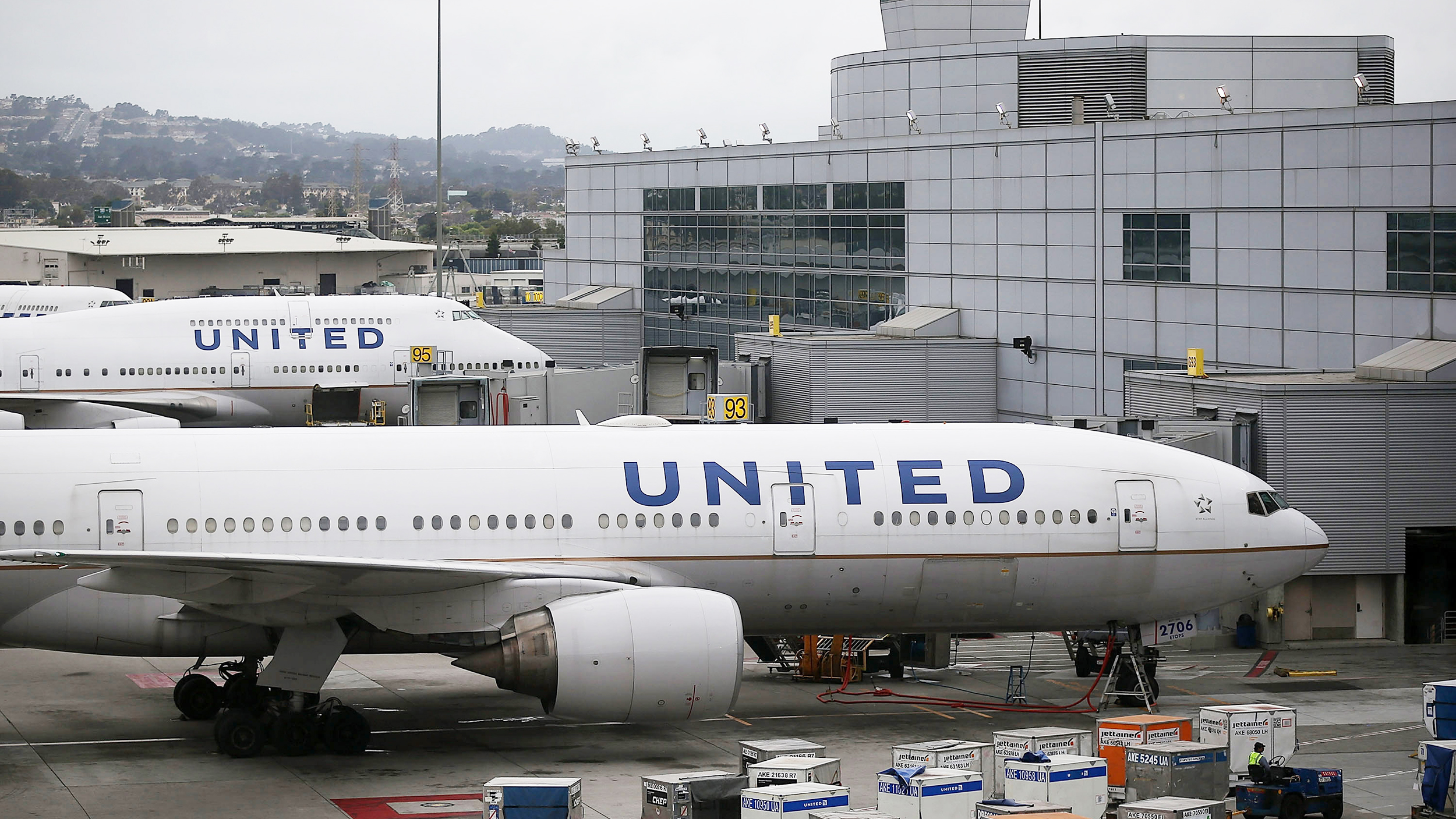 United Airlines Apologizes To Disabled Penger Who Had Crawl Off A Plane Today
