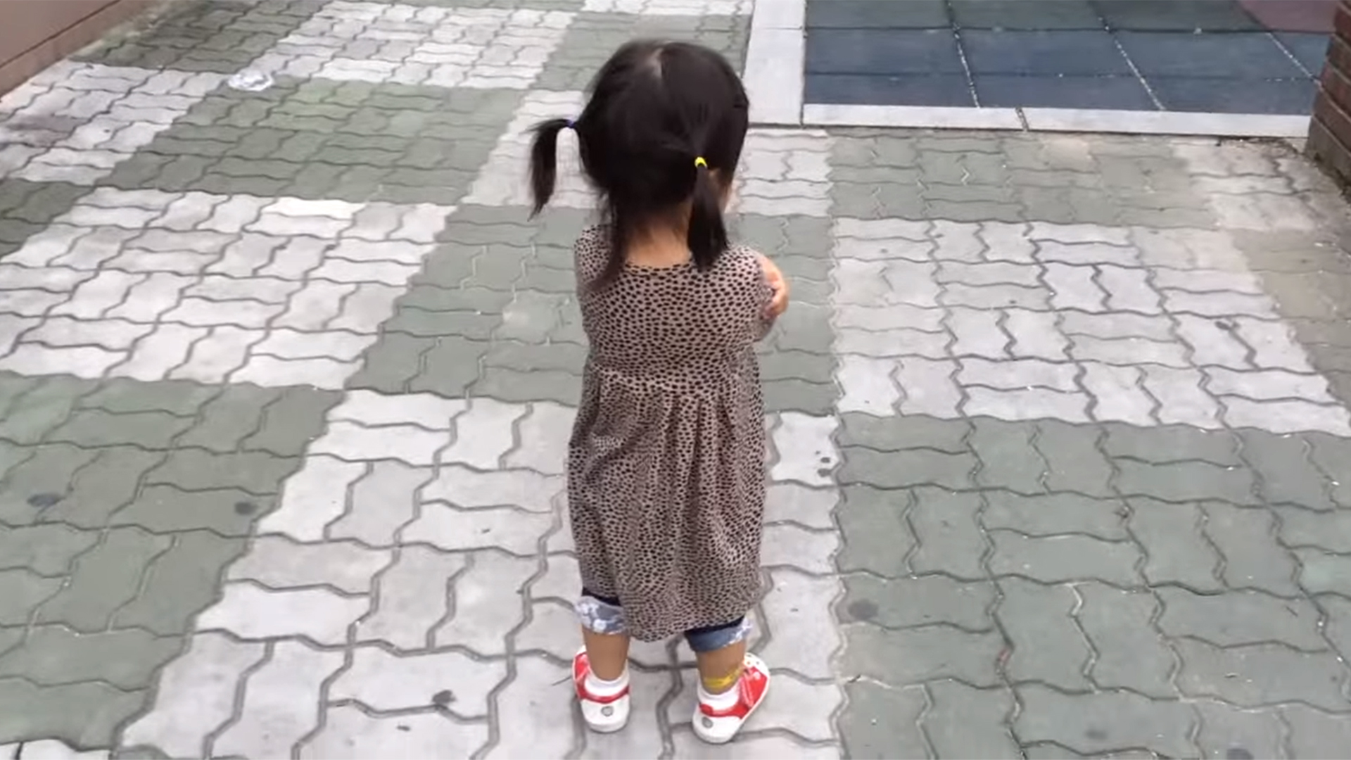 Squeaky shoes turn little girl s tantrum into smiles in adorable