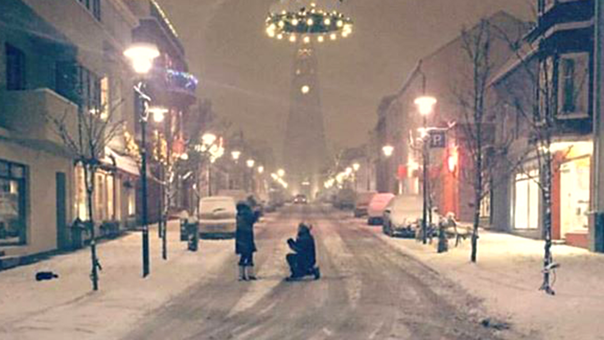 Scottish couple tracks down Iceland engagement photo with social media help