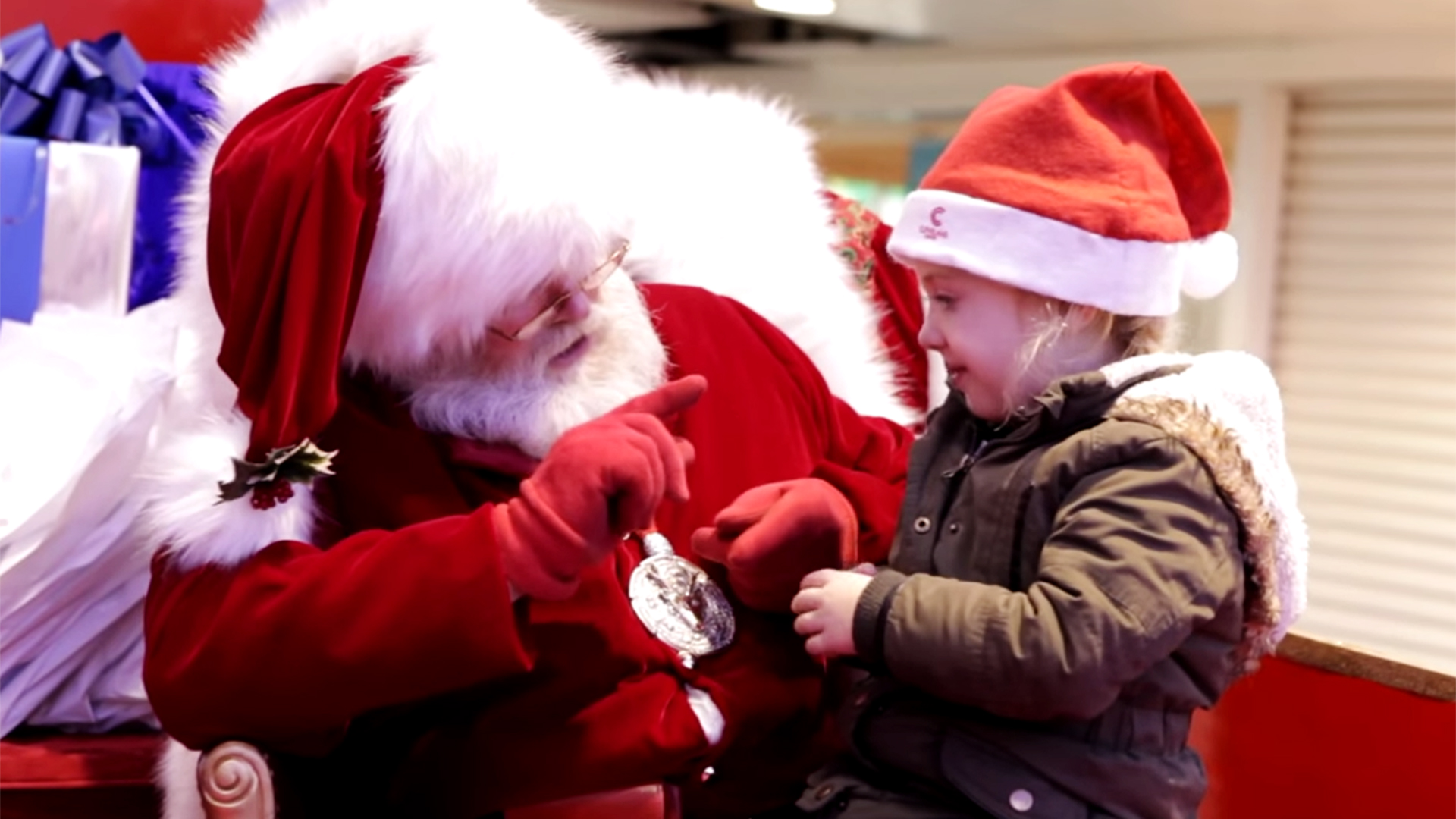 mall santa stuns onlookers by using sign language to speak with