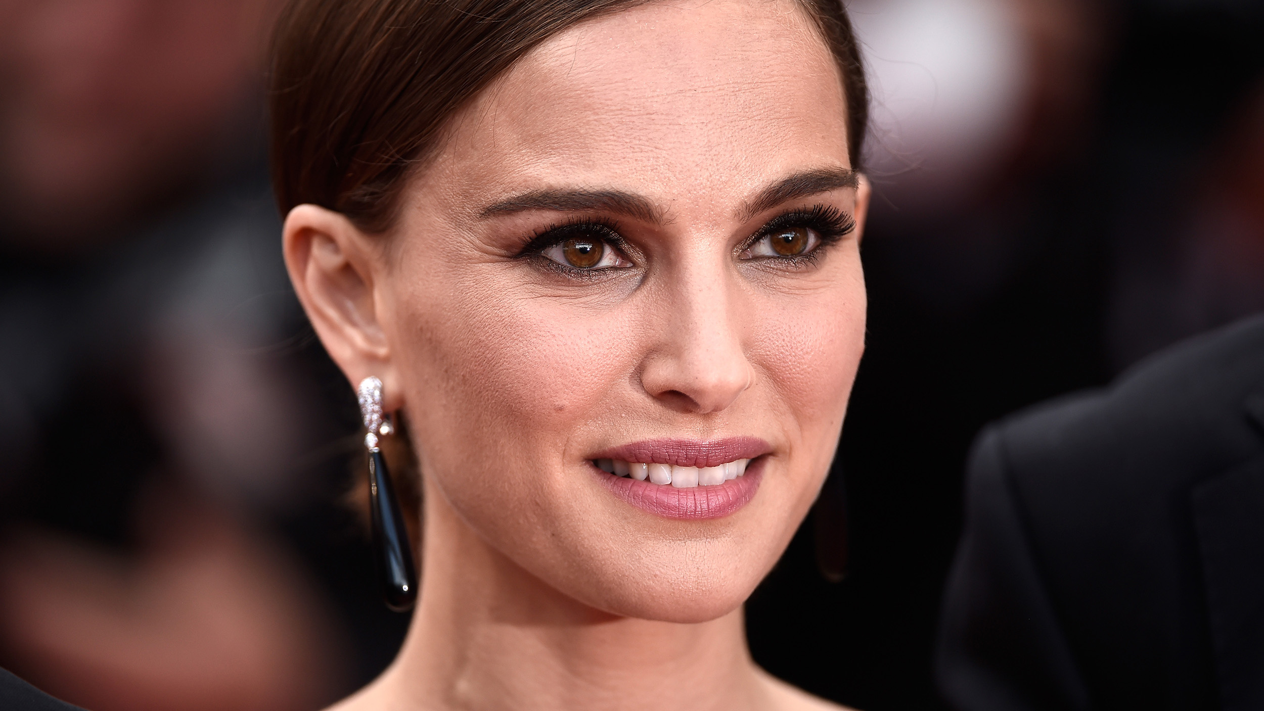 Natalie Portman makes debut as Jackie Kennedy in first biopic photo ... Natalie Portman