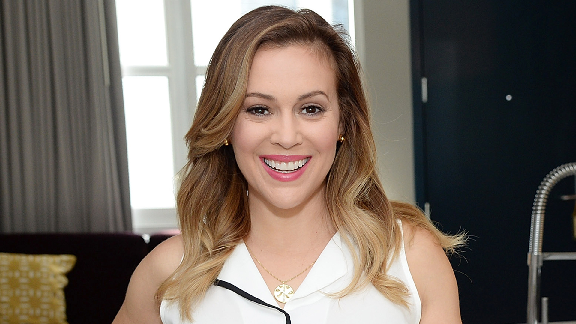 Alyssa milano hilary duff get their hair cropped in time for Date milano 2016