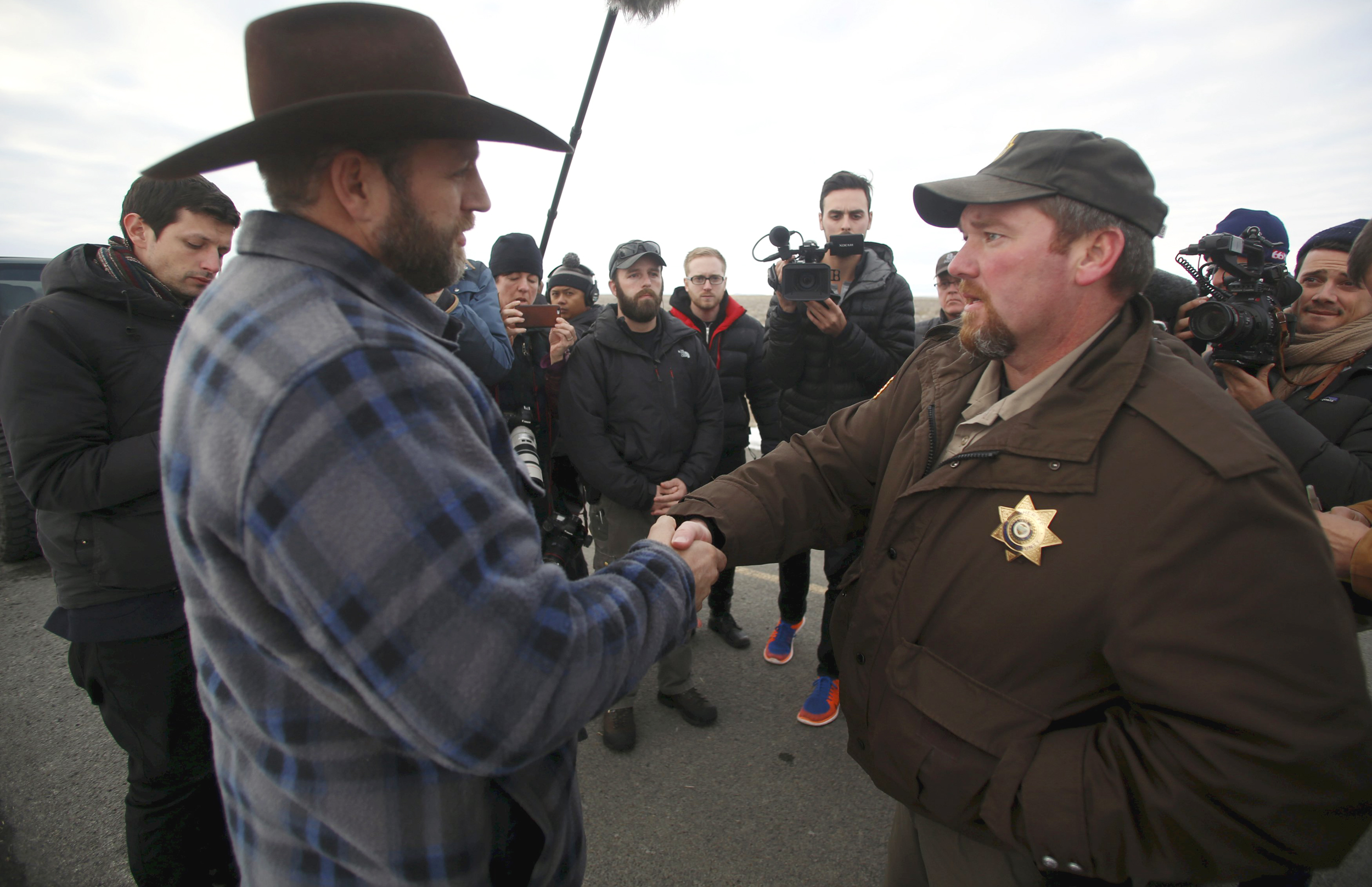Oregon Sheriff Has First Meeting With Armed Federal Land