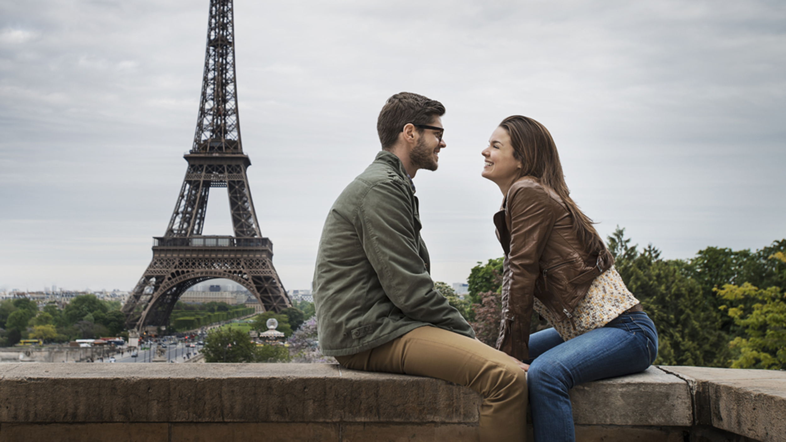 Americans pick paris as the world 39 s most romantic city in expedia travel study - Couple best images ...