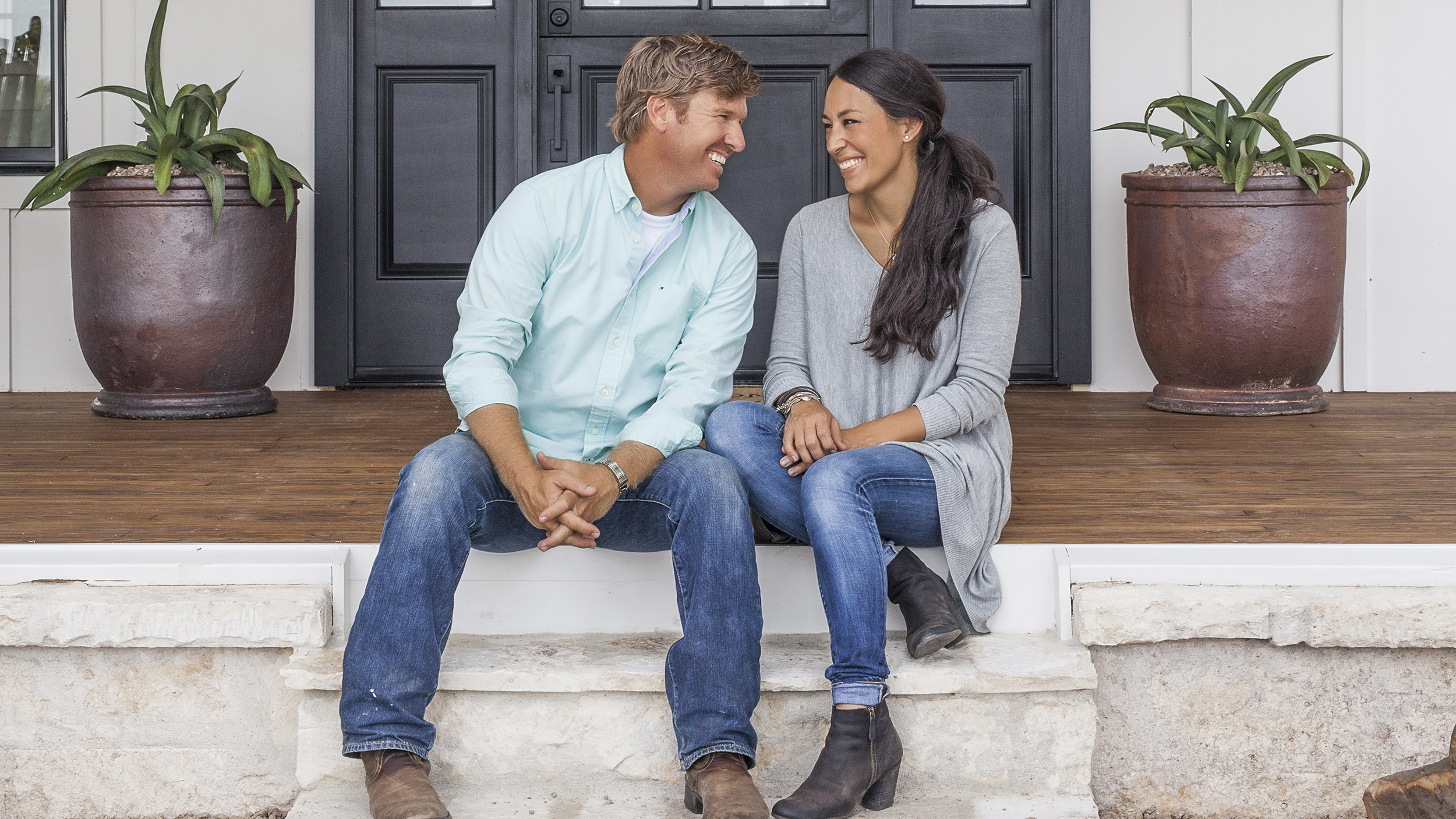 chip and joanna gaines of 39 fixer upper 39 buy texas home. Black Bedroom Furniture Sets. Home Design Ideas