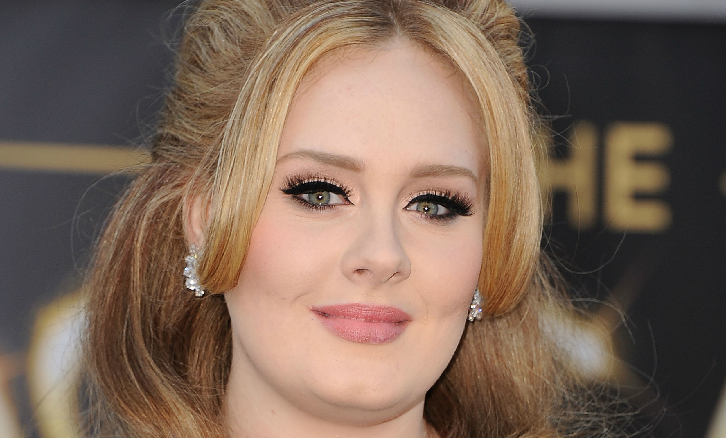 'Hello' From Adele's Makeup Artist, Who Filmed An Eyeliner