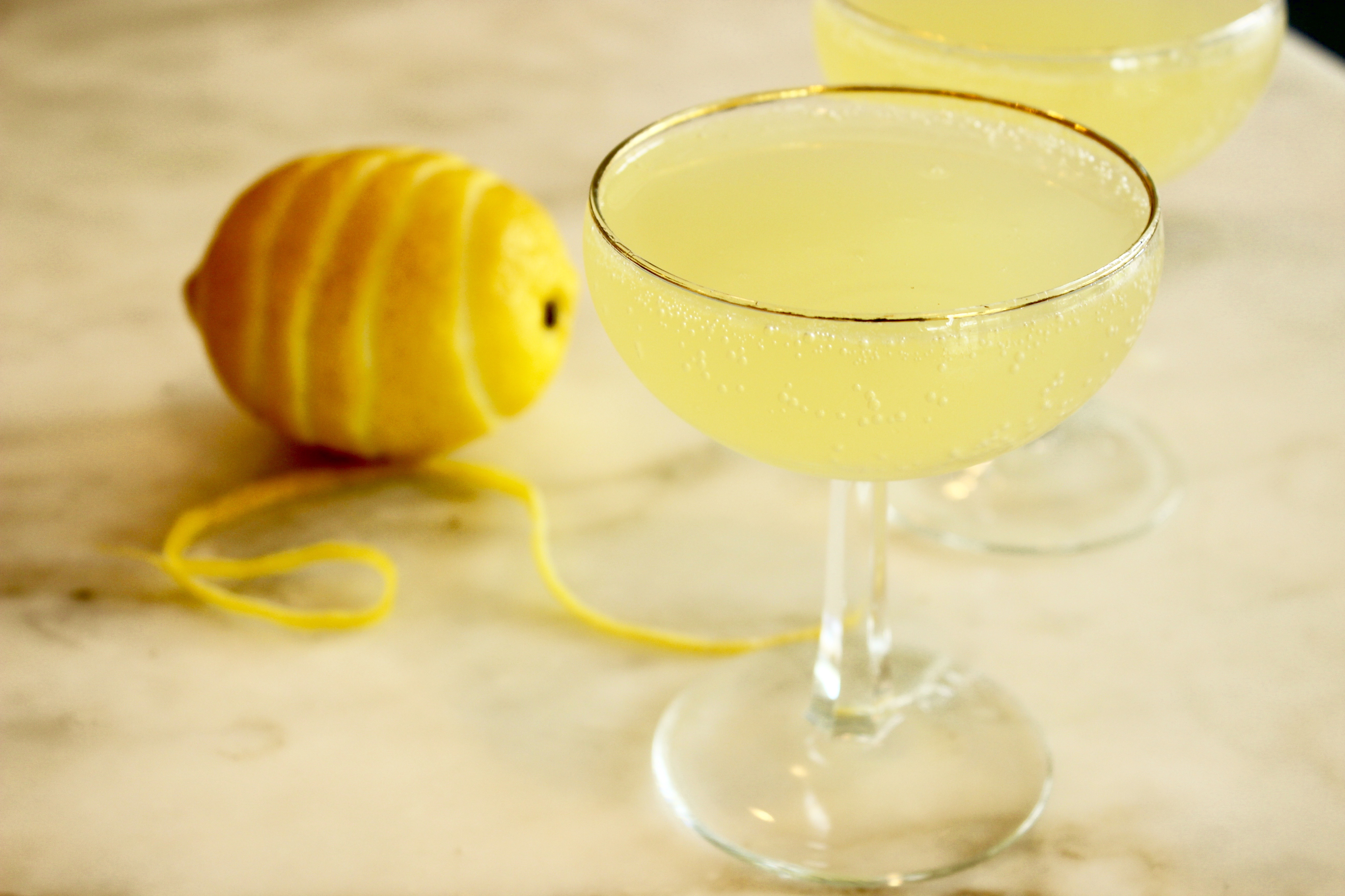 Limoncello prosecco cocktail float for Lemon cocktails drinks recipes