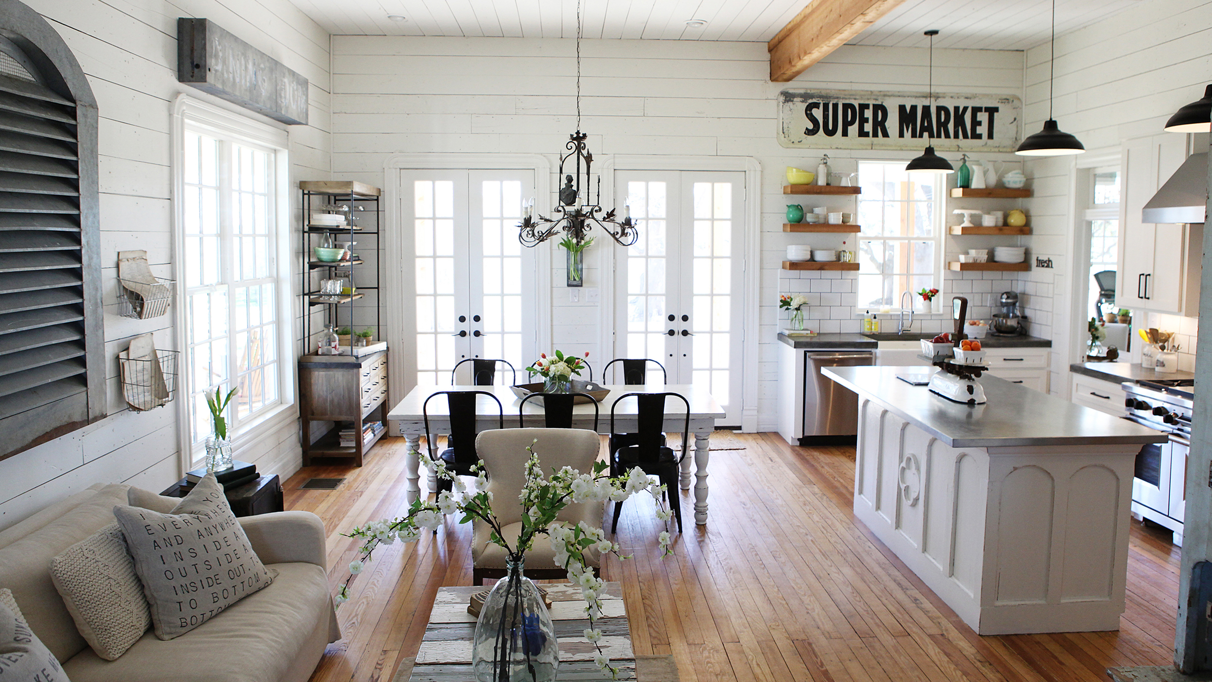 Chip and joanna gaines 39 fixer upper 39 home tour in waco for Texas decorations for the home
