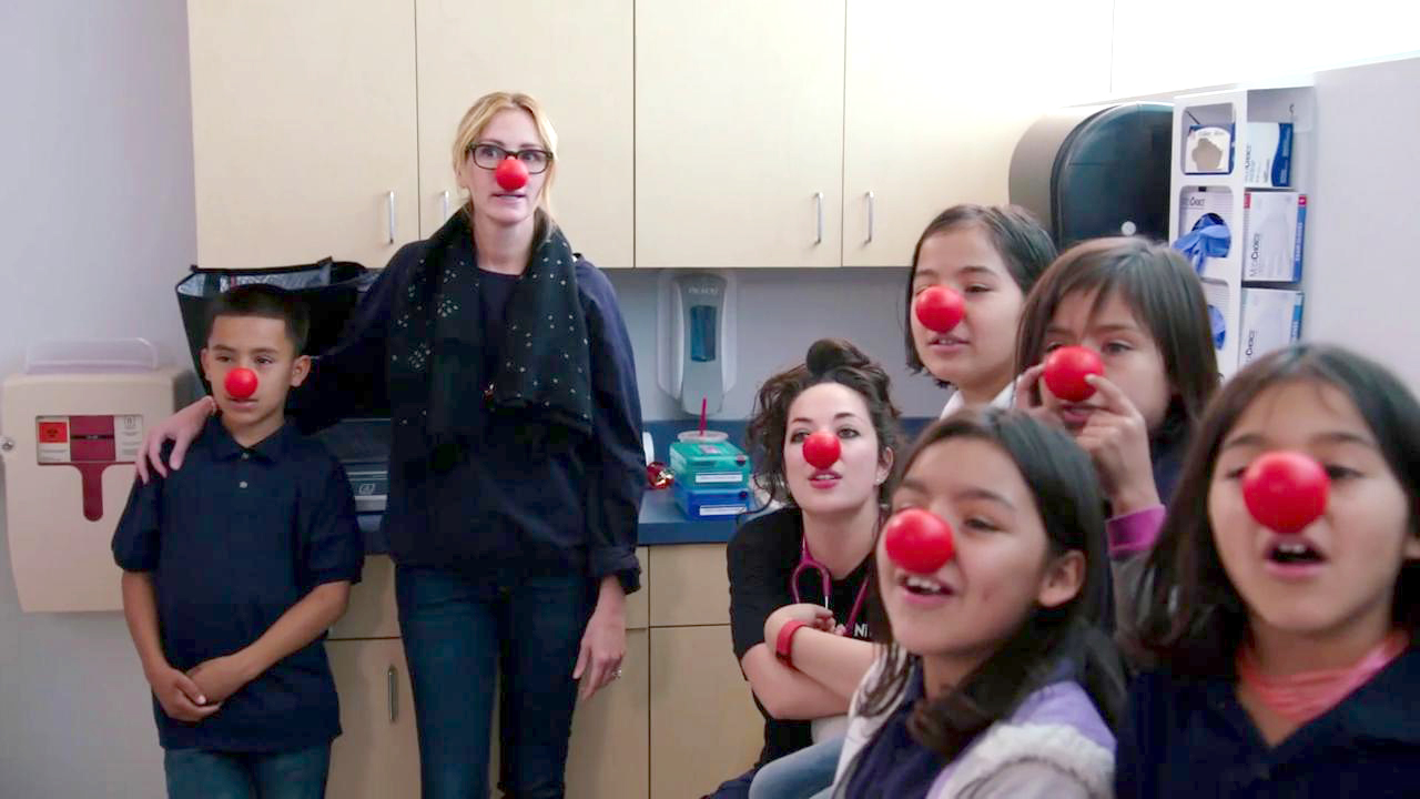 Red Nose Day Julia Roberts Highlights Nurse S Amazing