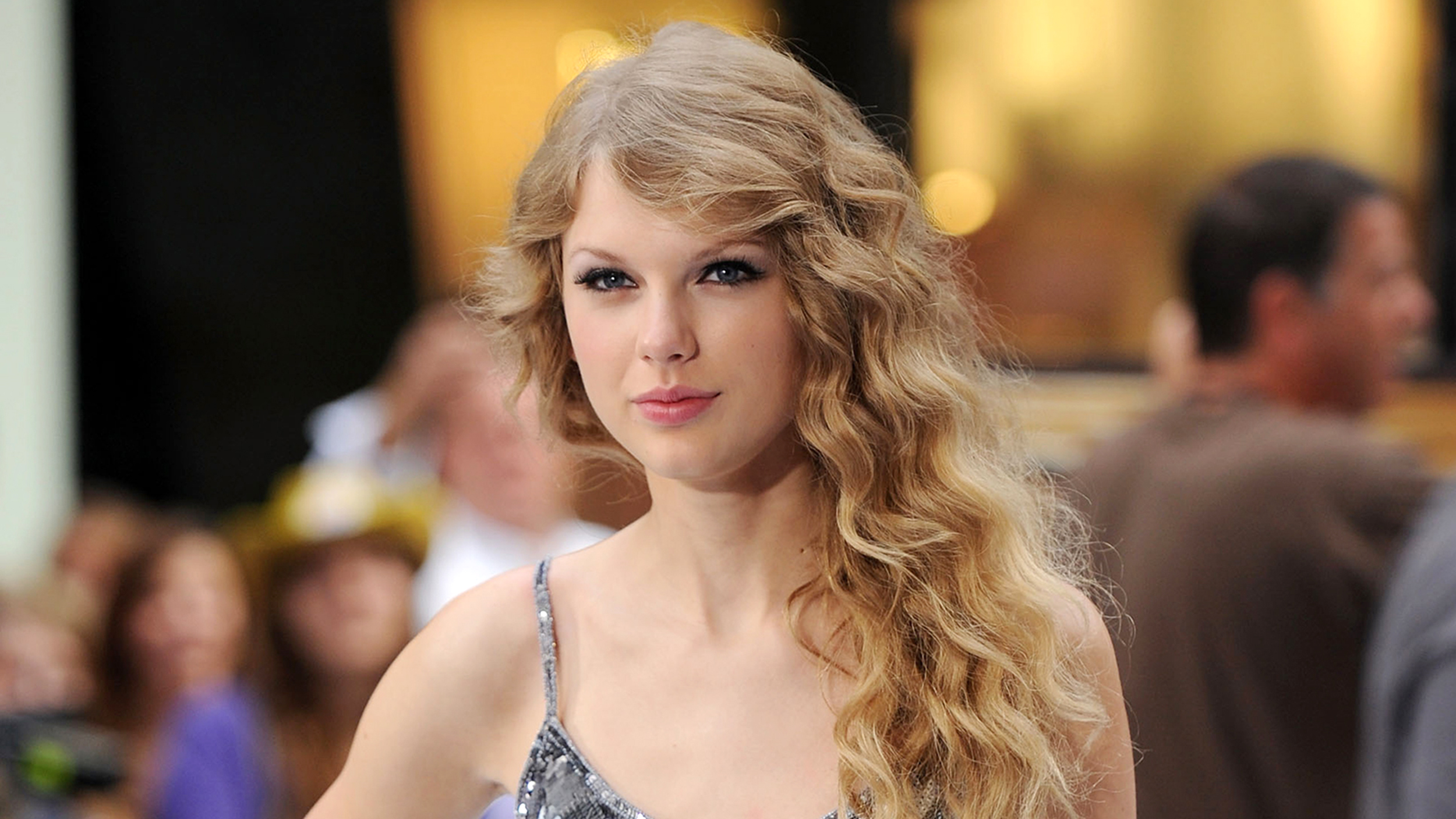 taylor swifts hair returns to its curly country music roots