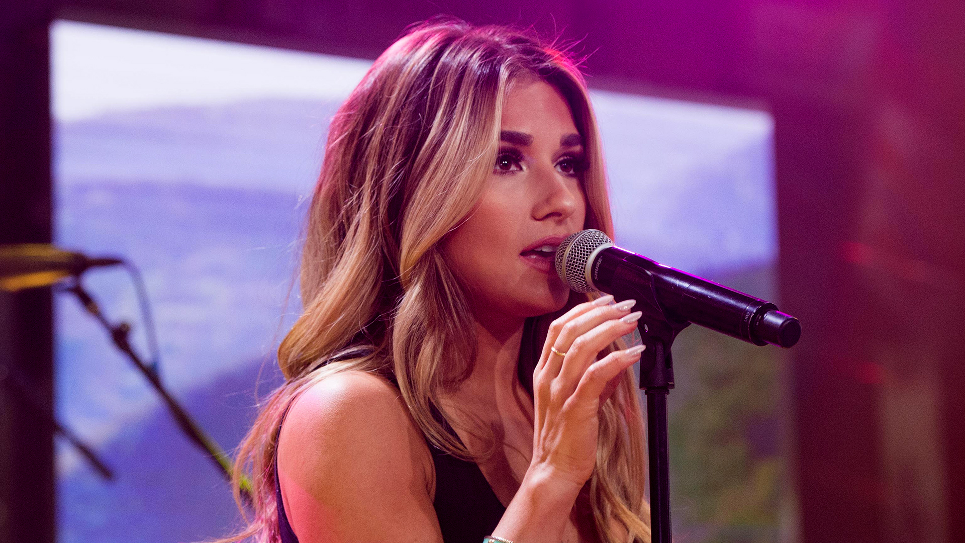 Jessie James Decker Performs Lights Down Low Live On TODAY