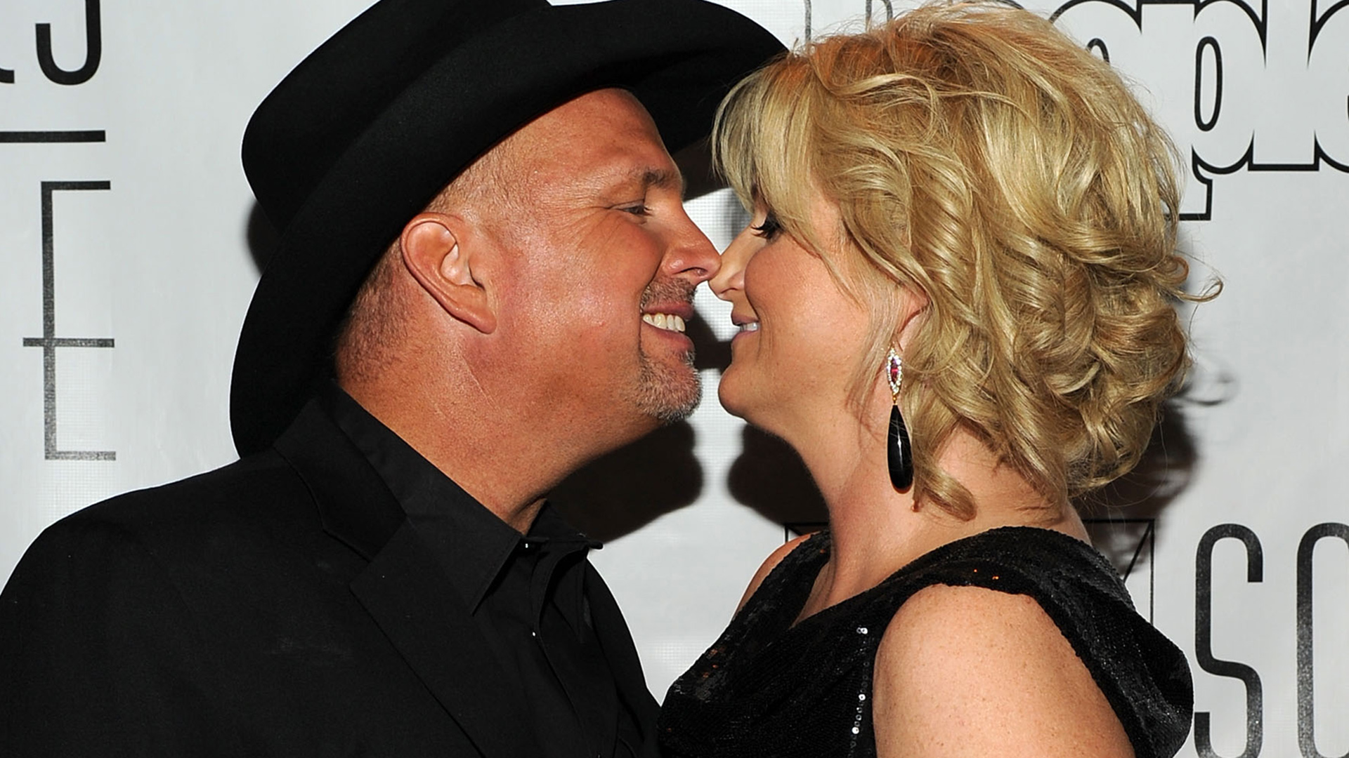 Garth brooks sends birthday wishes to wife trisha yearwood for Trisha yearwood and garth brooks wedding pictures