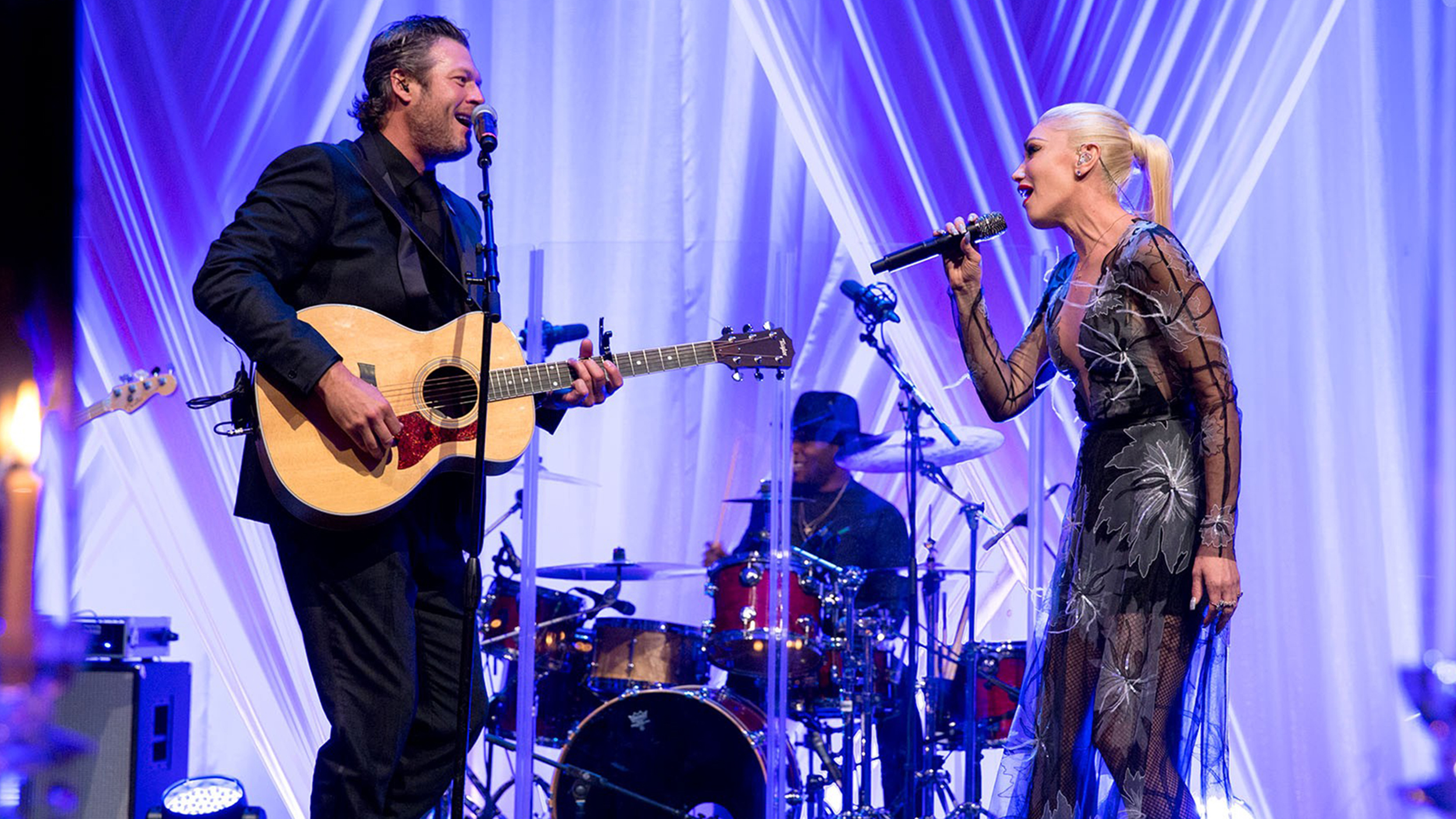 Gwen stefani and blake shelton dazzle in performance at for Performance house