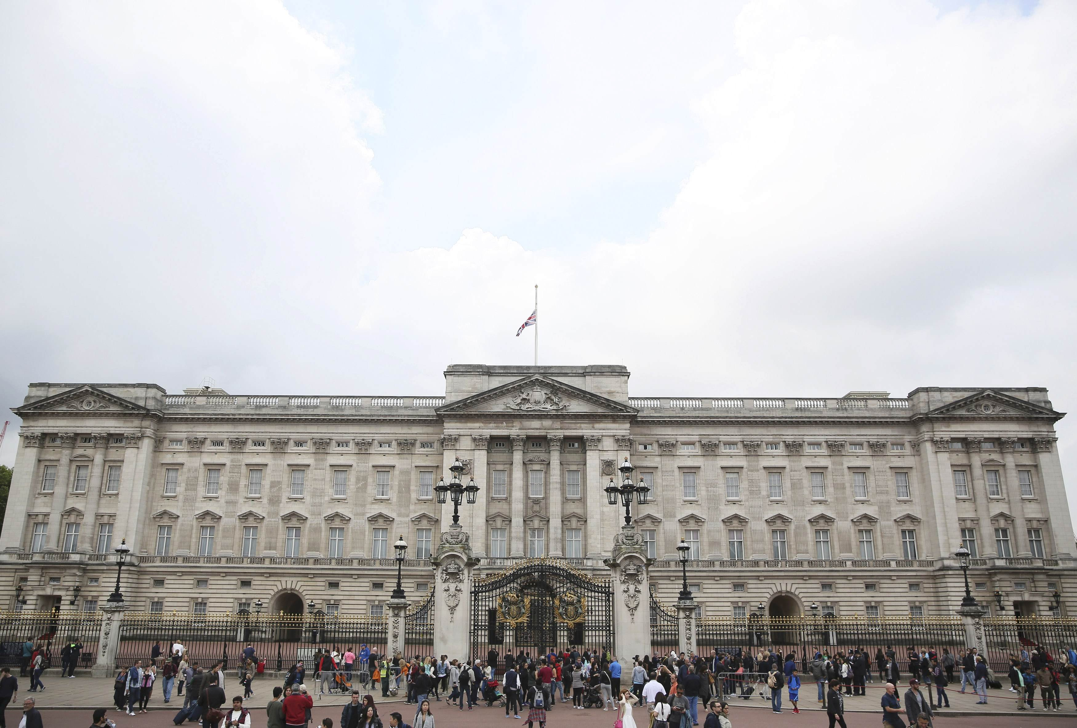 Buckingham palace renovation plan unveiled with 458 for Palace plan