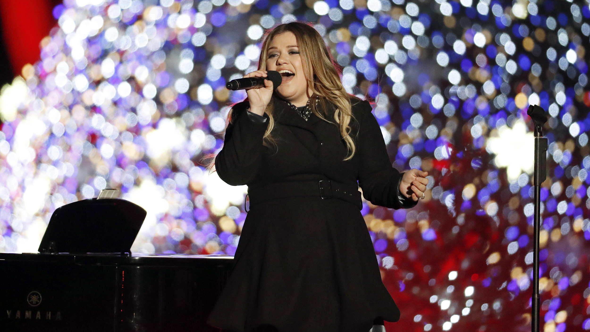 See Kelly Clarkson\'s adorable pic with River Rose by White House ...