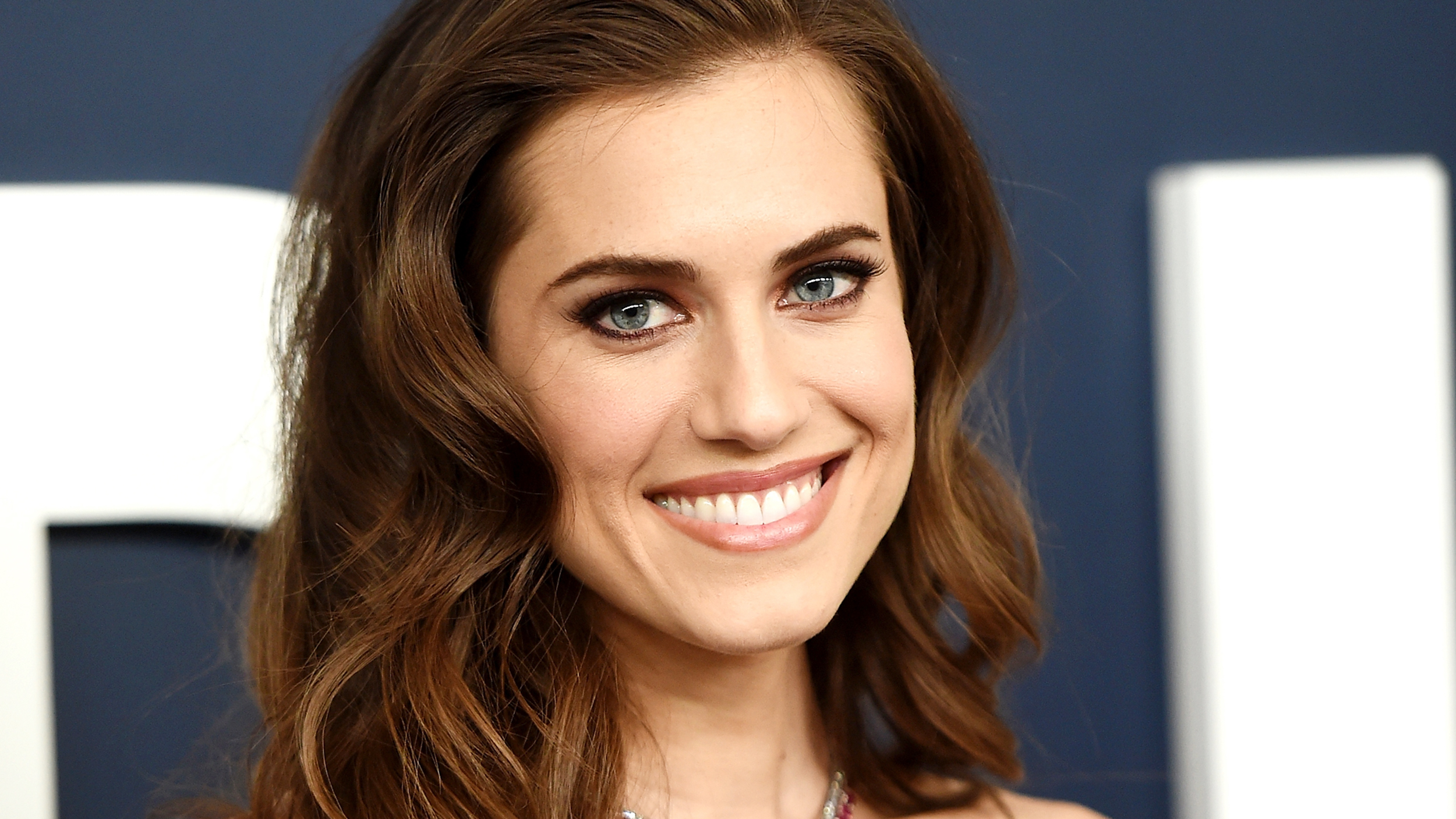 Allison Williams Is Almost Unrecognizable As A Blonde