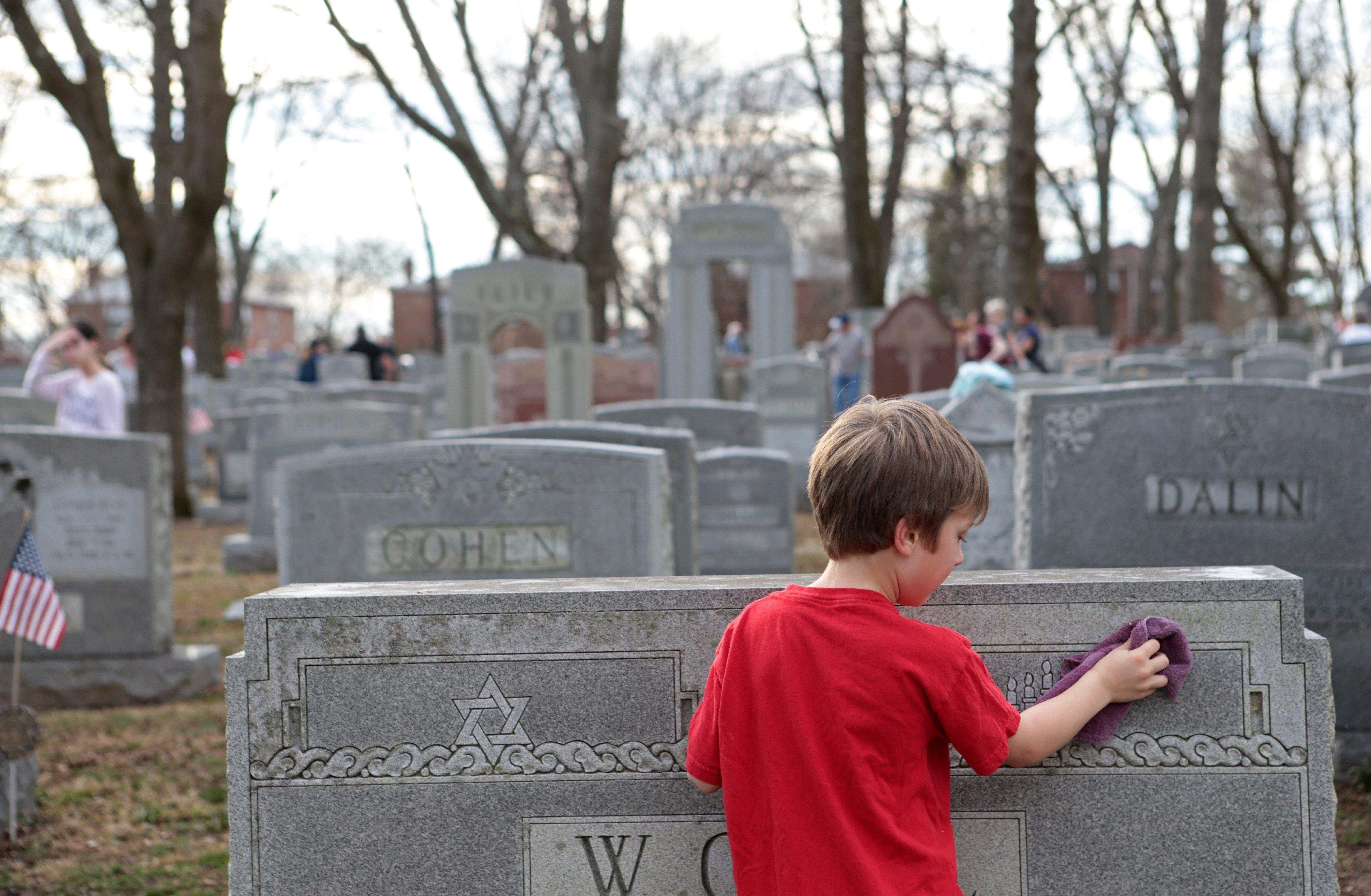 Muslim Fundraiser to Repair Jewish Cemetery Raises $100k