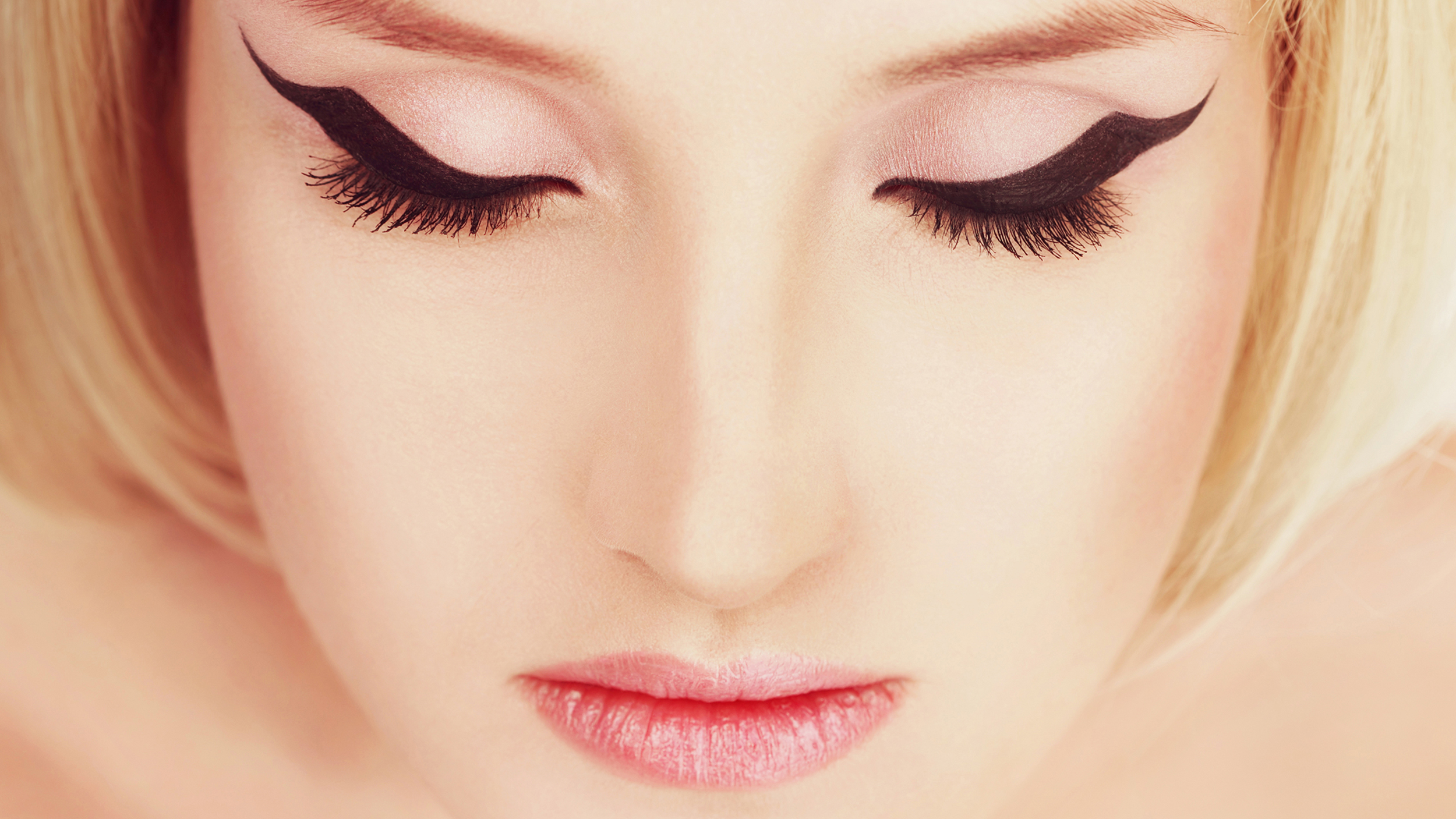 13 Amazing Eyeliner Hacks To Finally Get That Perfect Line