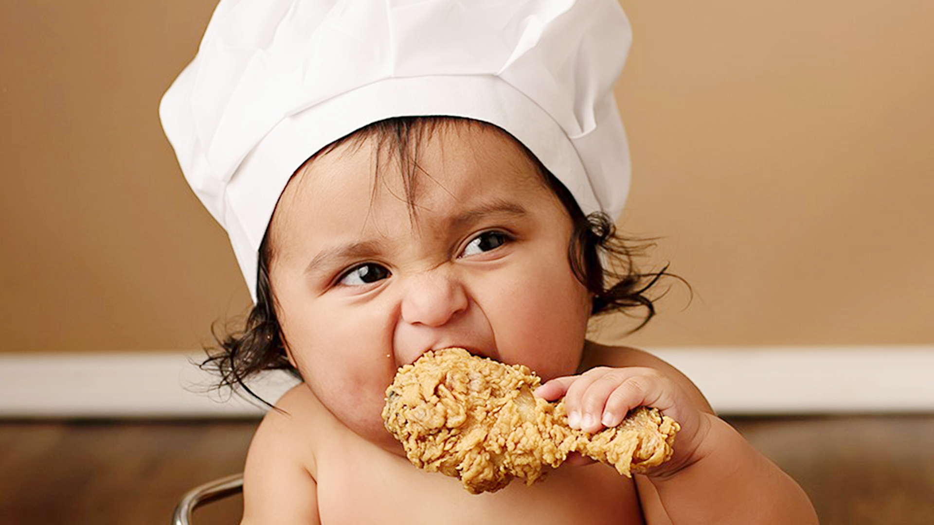 baby tries fried chicken for 1st time in cute photo shoot