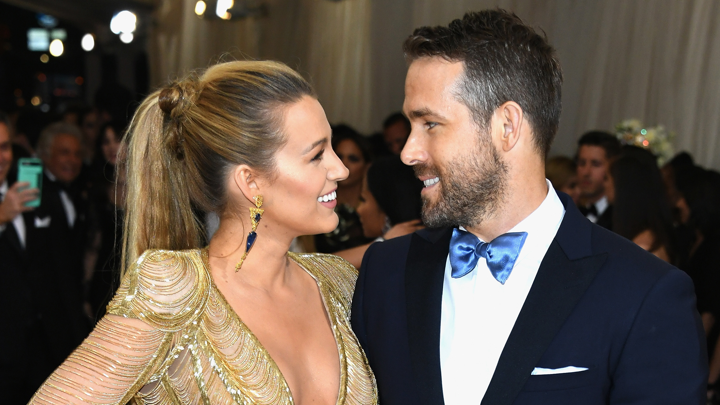 ryan reynolds raves about wife blake lively in sweet message. Black Bedroom Furniture Sets. Home Design Ideas
