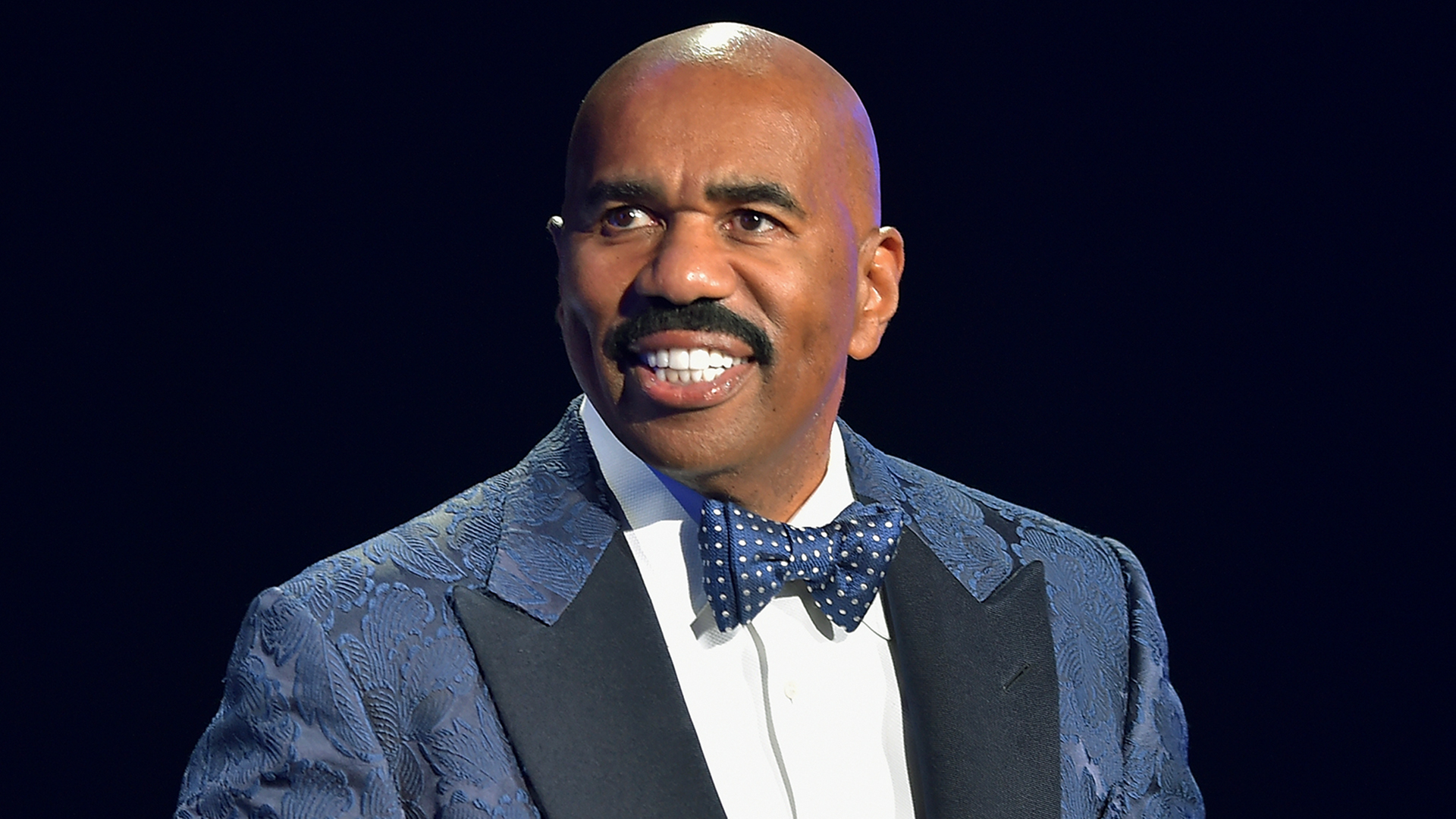 steve harvey defends stern memo to staff i don t apologize about