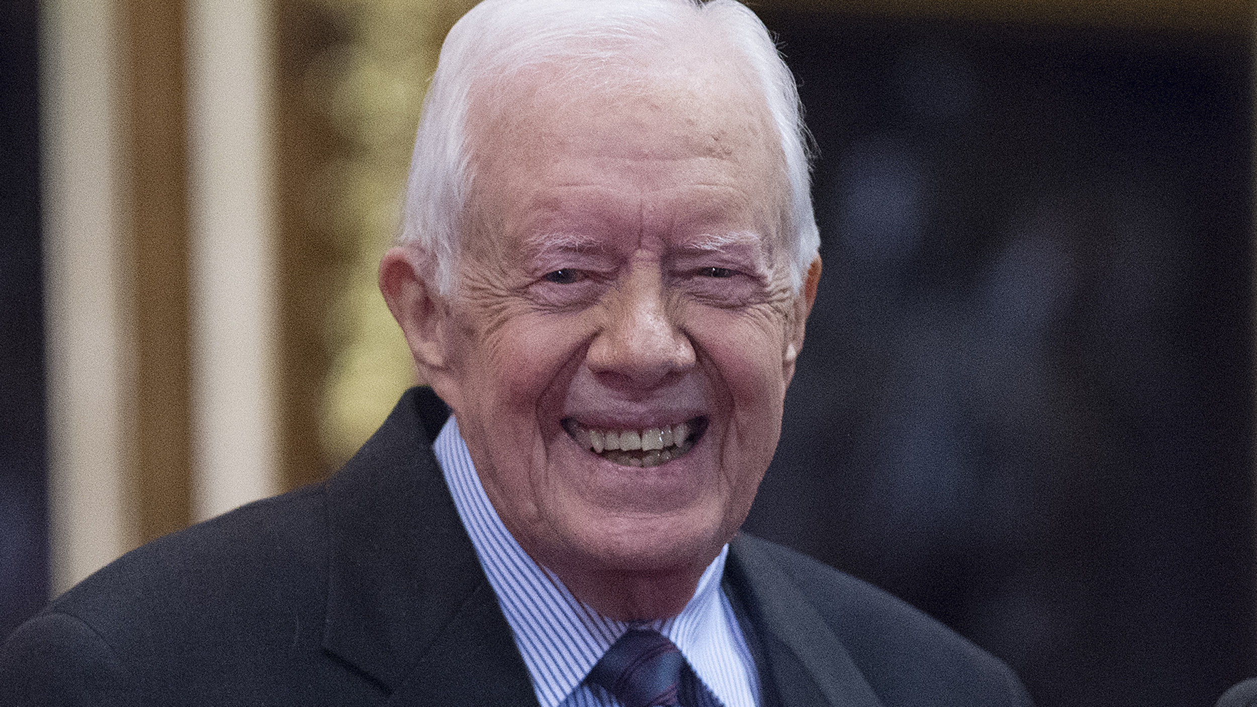 Former President Jimmy Carter stops to shake every ...