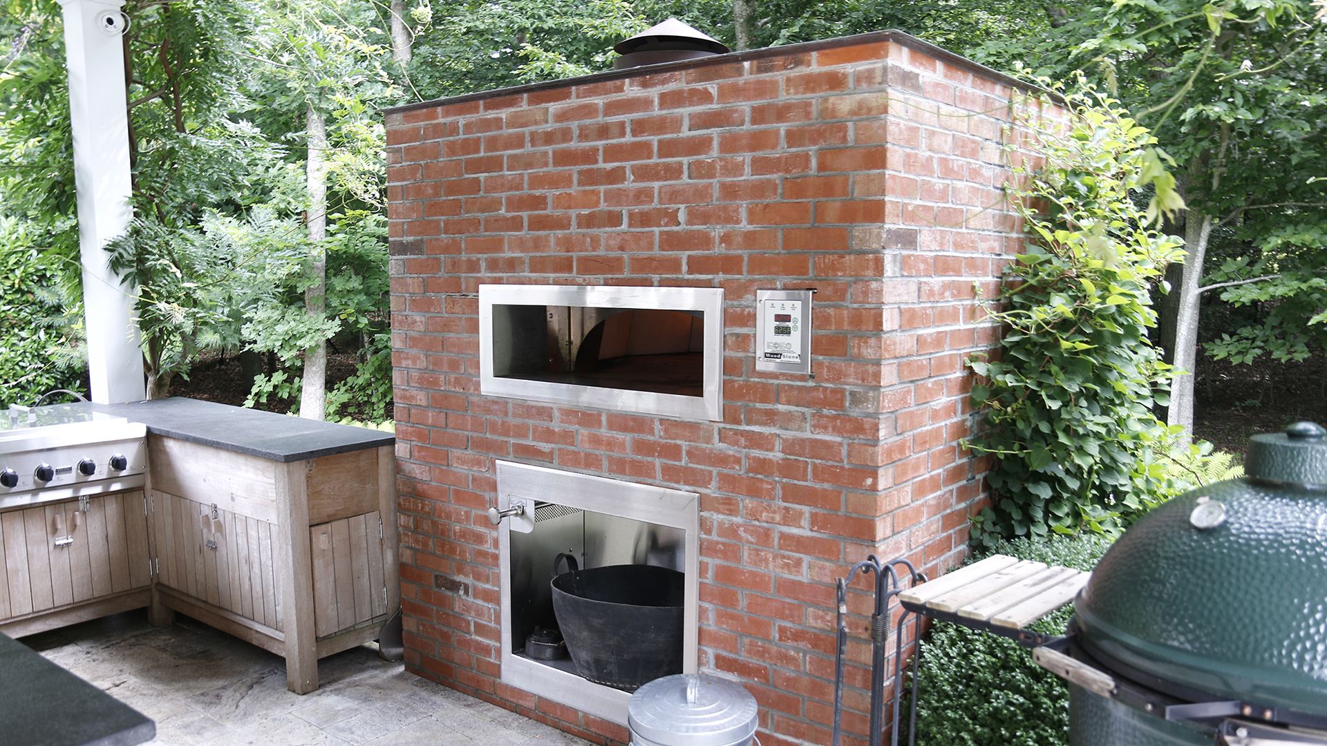 Bobby Flay S Amagansett House Has An Outdoor Kitchen Pizza Oven
