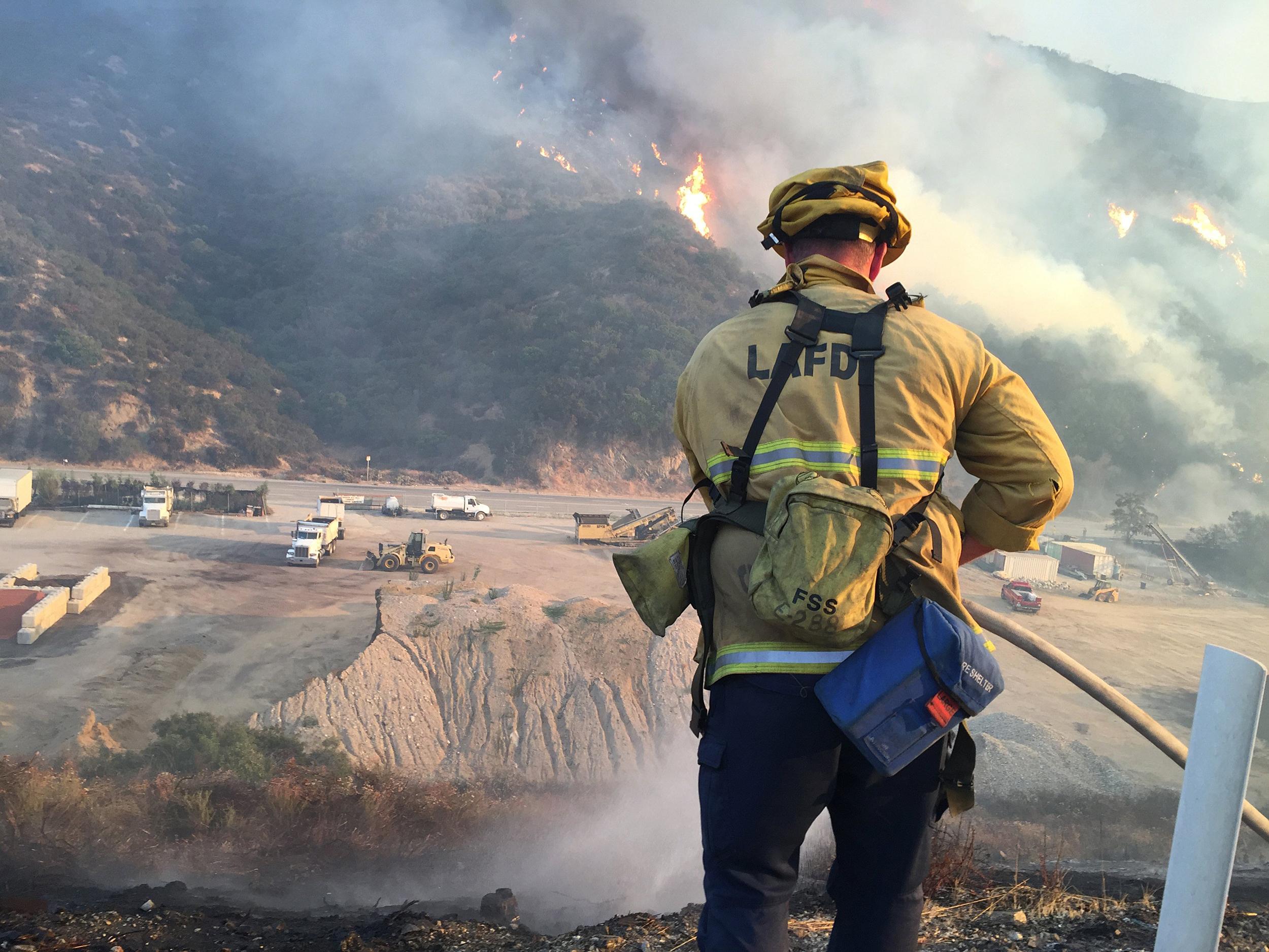 Image: Bush fire jumps Freeway, causes evacuation of 200 homes
