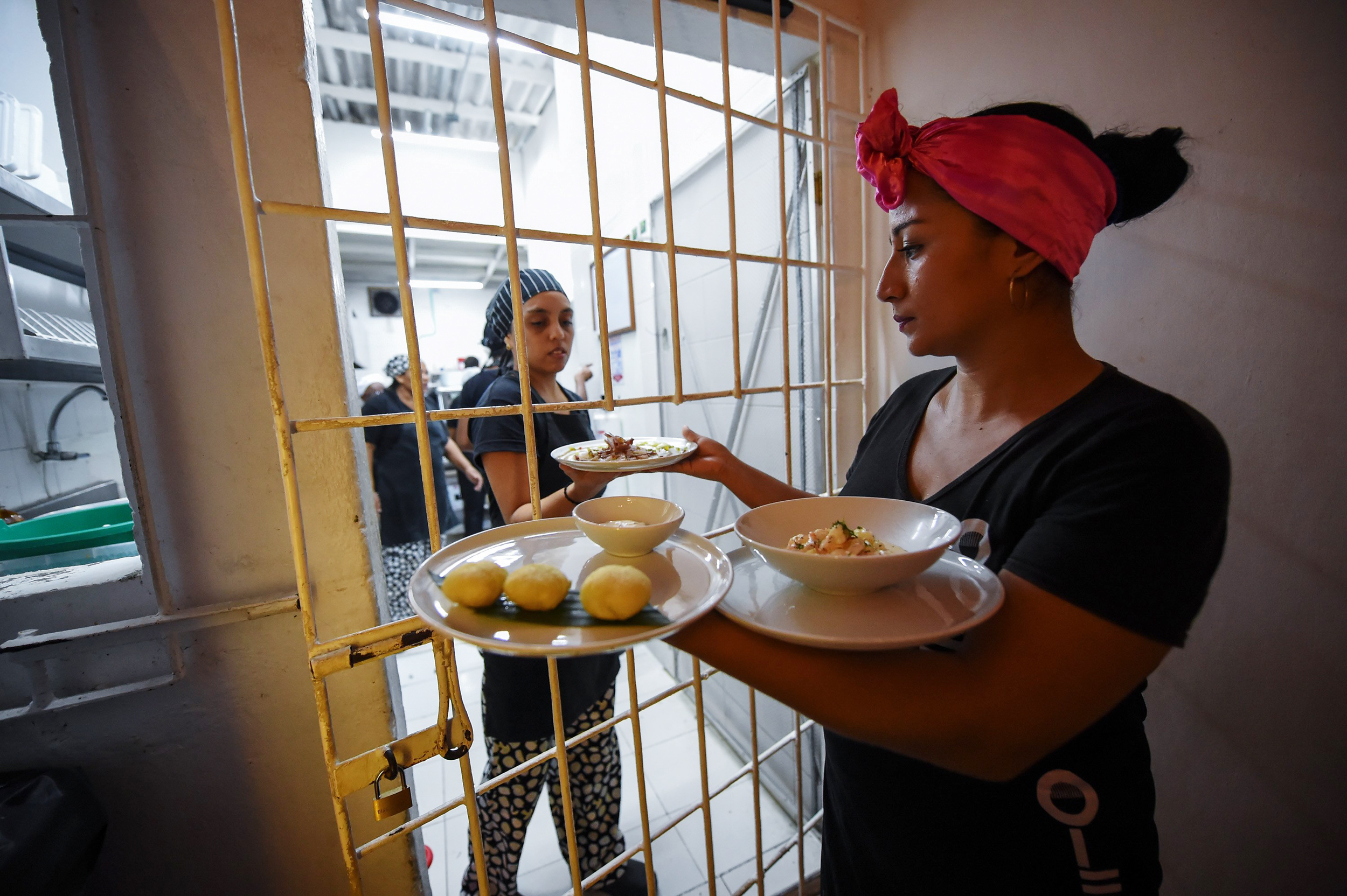 Image: Colombian inmates work at the Interno restaurant