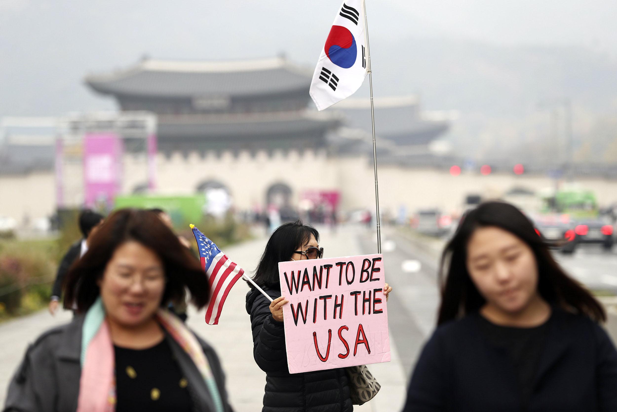 Image: Pro- and anti-Trump rallies in Seoul