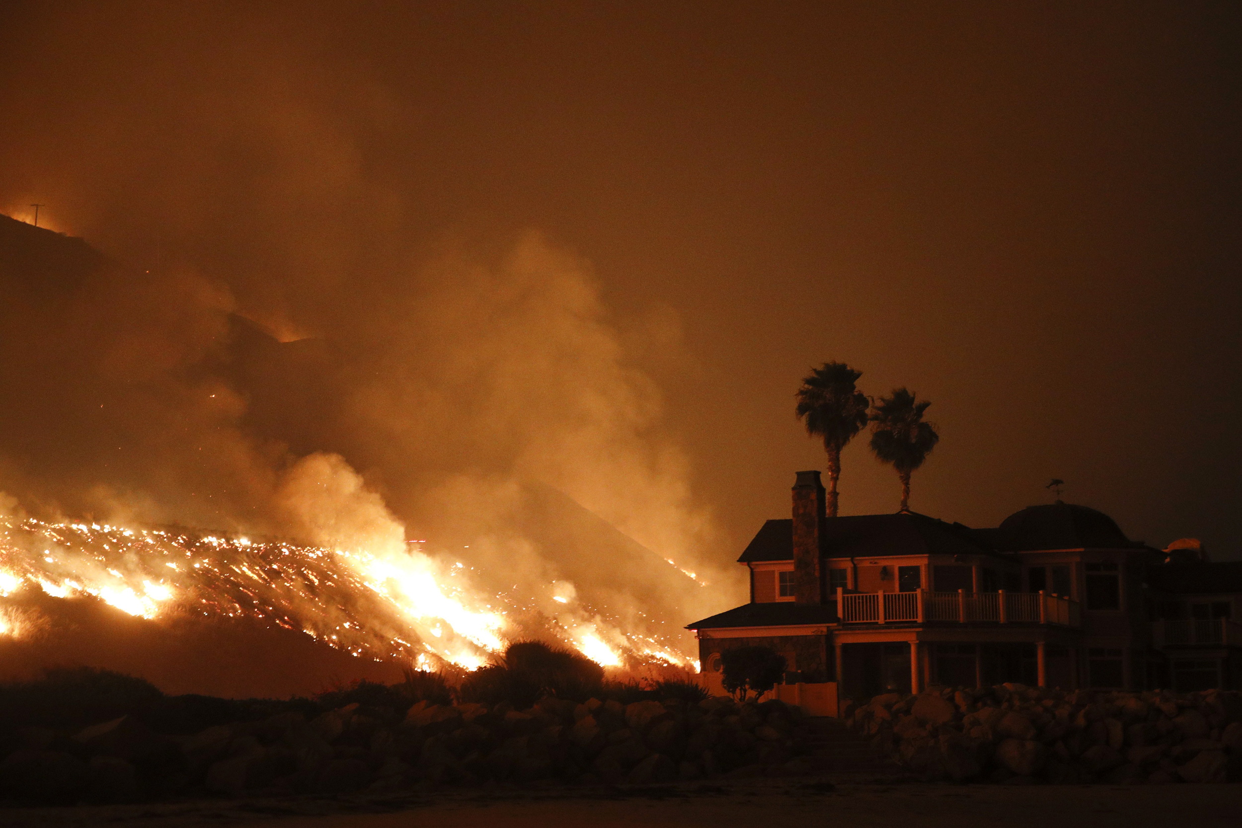 Image: A wildfire threatens homes as it burns along the 101 Freeway