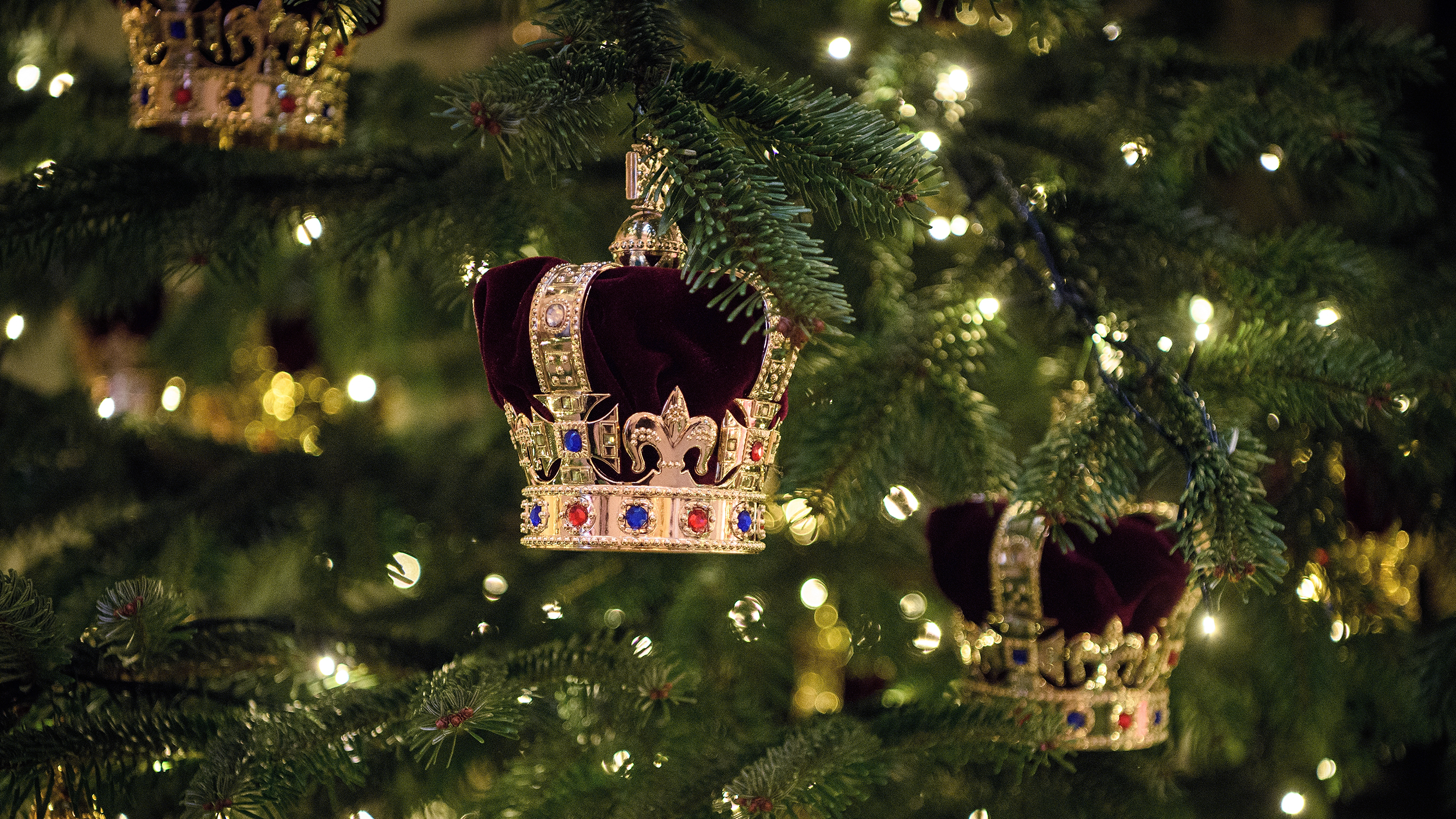 Buckingham Palace Debuts Its Christmas Decorations Today Com