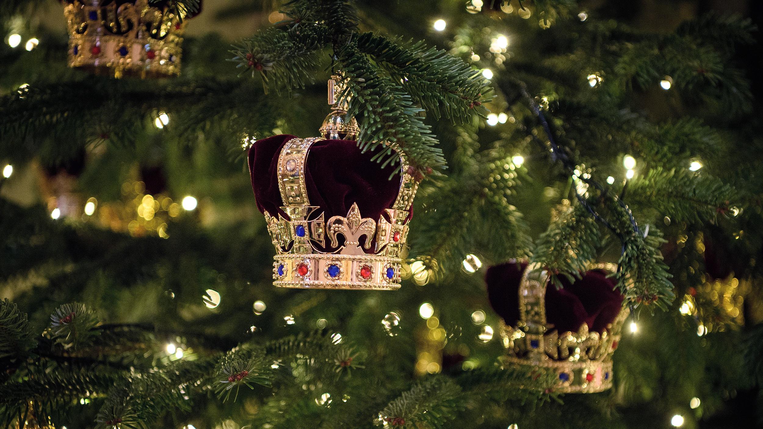 Christmas Palace.Buckingham Palace Debuts Its Christmas Decorations