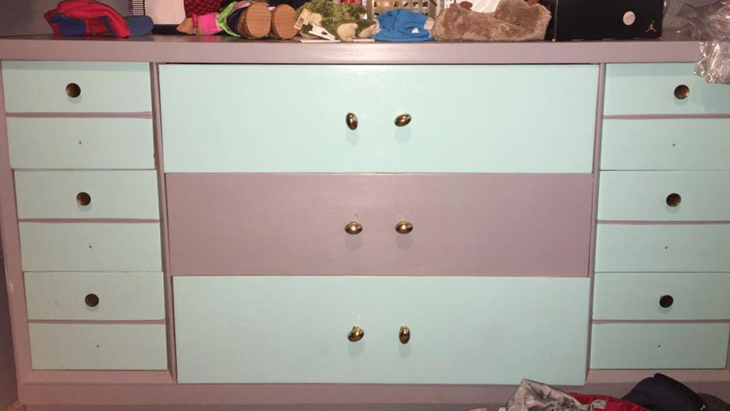 this reddit dresser color debate is going viral. Black Bedroom Furniture Sets. Home Design Ideas