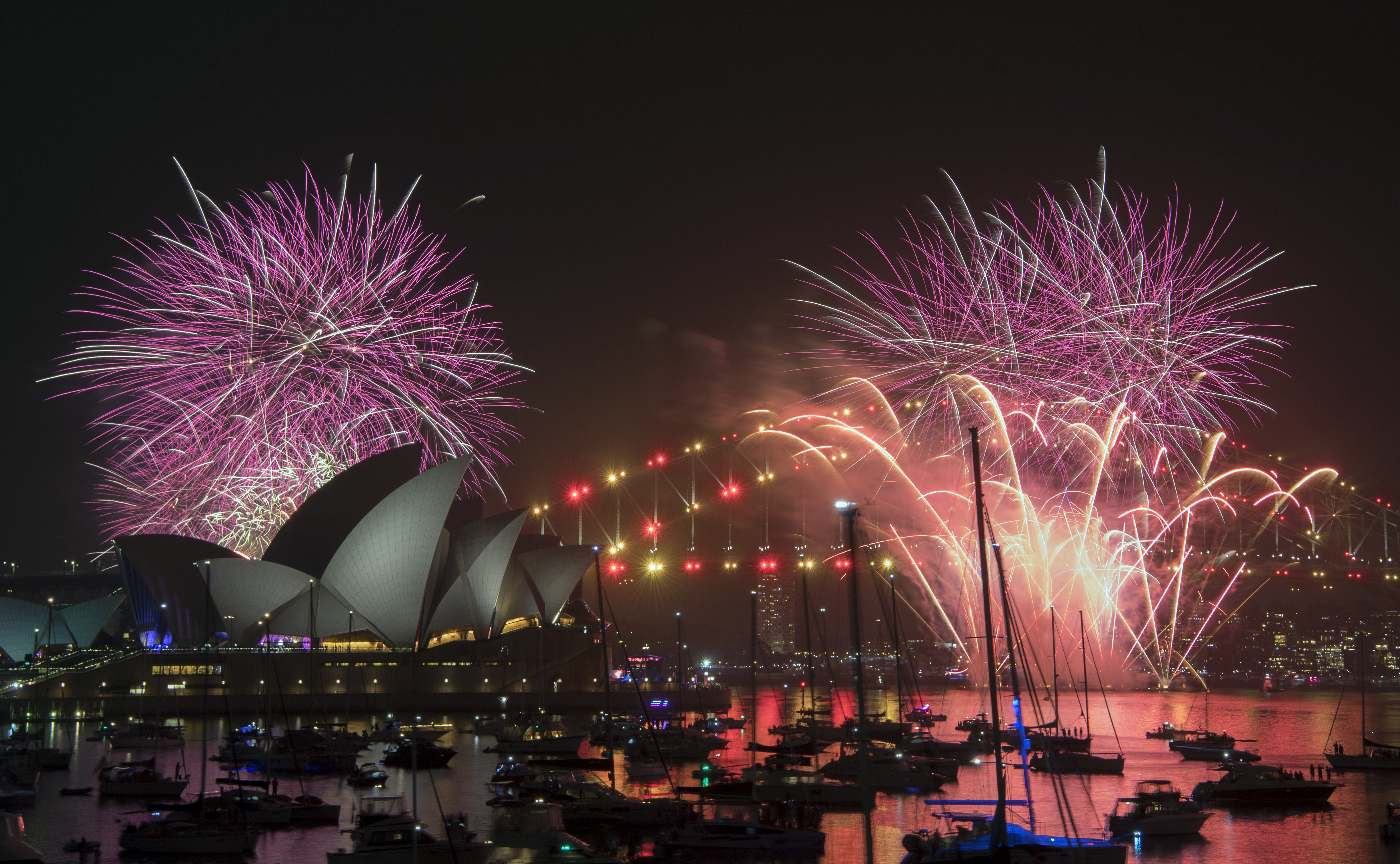 new year s eve is here the world waves goodbye to 2018